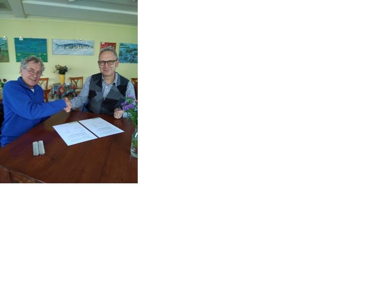 Harmen Brandse van CALorie (l) en Johan Janse van Buurauto (r) ondertekenen de intentieovereenkomst. (foto aangeleverd)