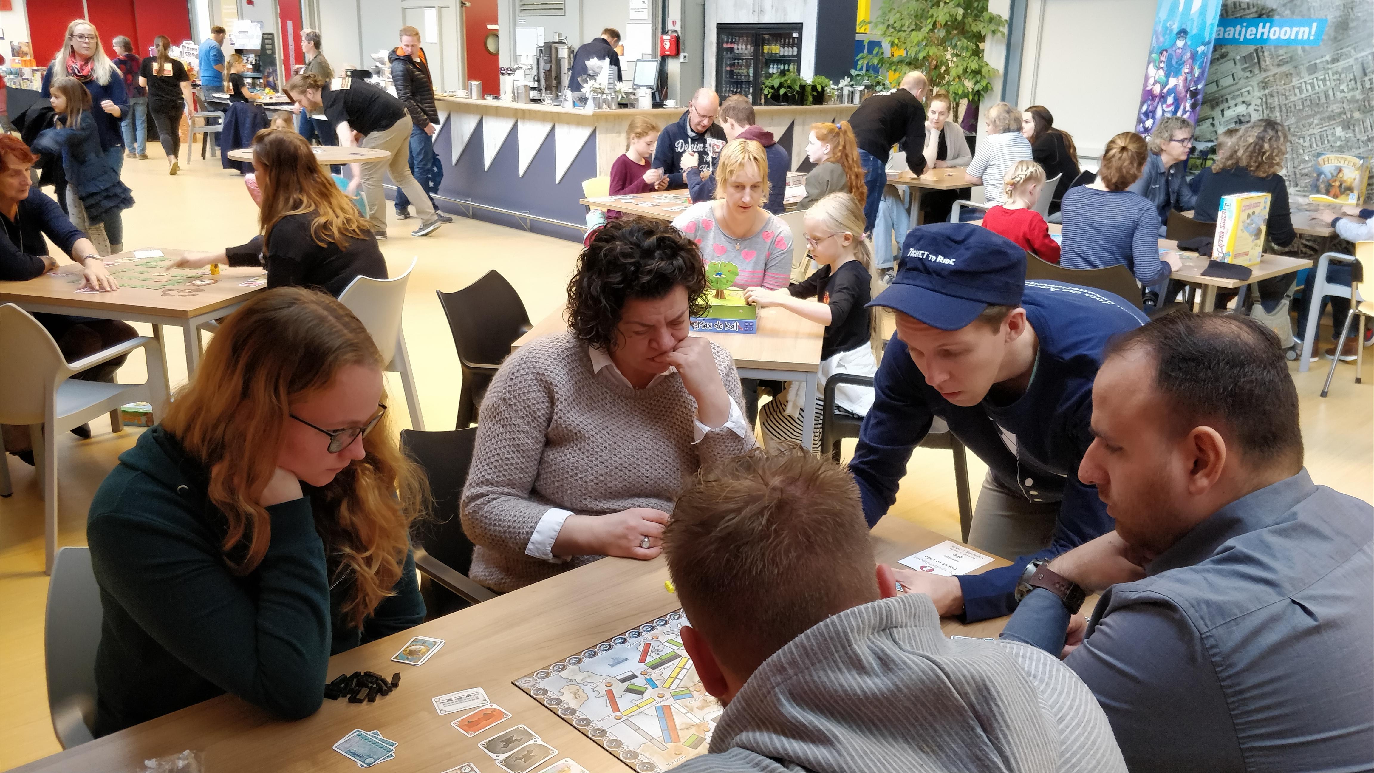 In wijkcentrum De Zaagtand staan de nieuwste spellen klaar op de tafels. Zin om te spelen? Neem plaats en ga aan de slag! (Foto: aangeleverd)