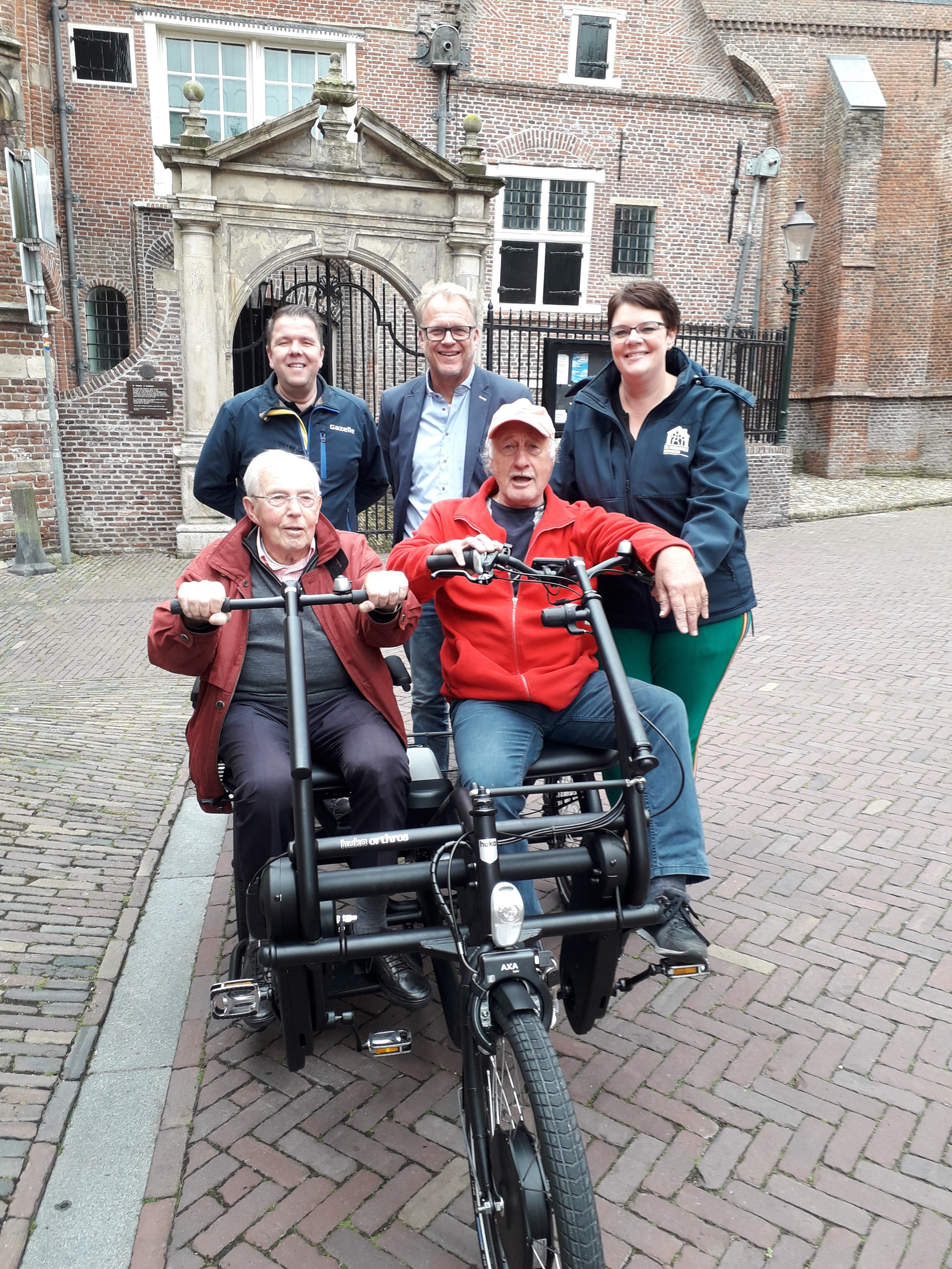 Kees van Stek, Douwe Boeijenga, Marjan Bielsma (boven v.l.n.r.) en op de fiets de heer De Wolf en Wil. (Foto: aangeleverd)