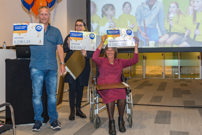 De grootste winnaars van de avond werden stichting CarMar (midden), RKAV Volendam (links) en museum De Speeltoren. (Foto: Evert Ruis)