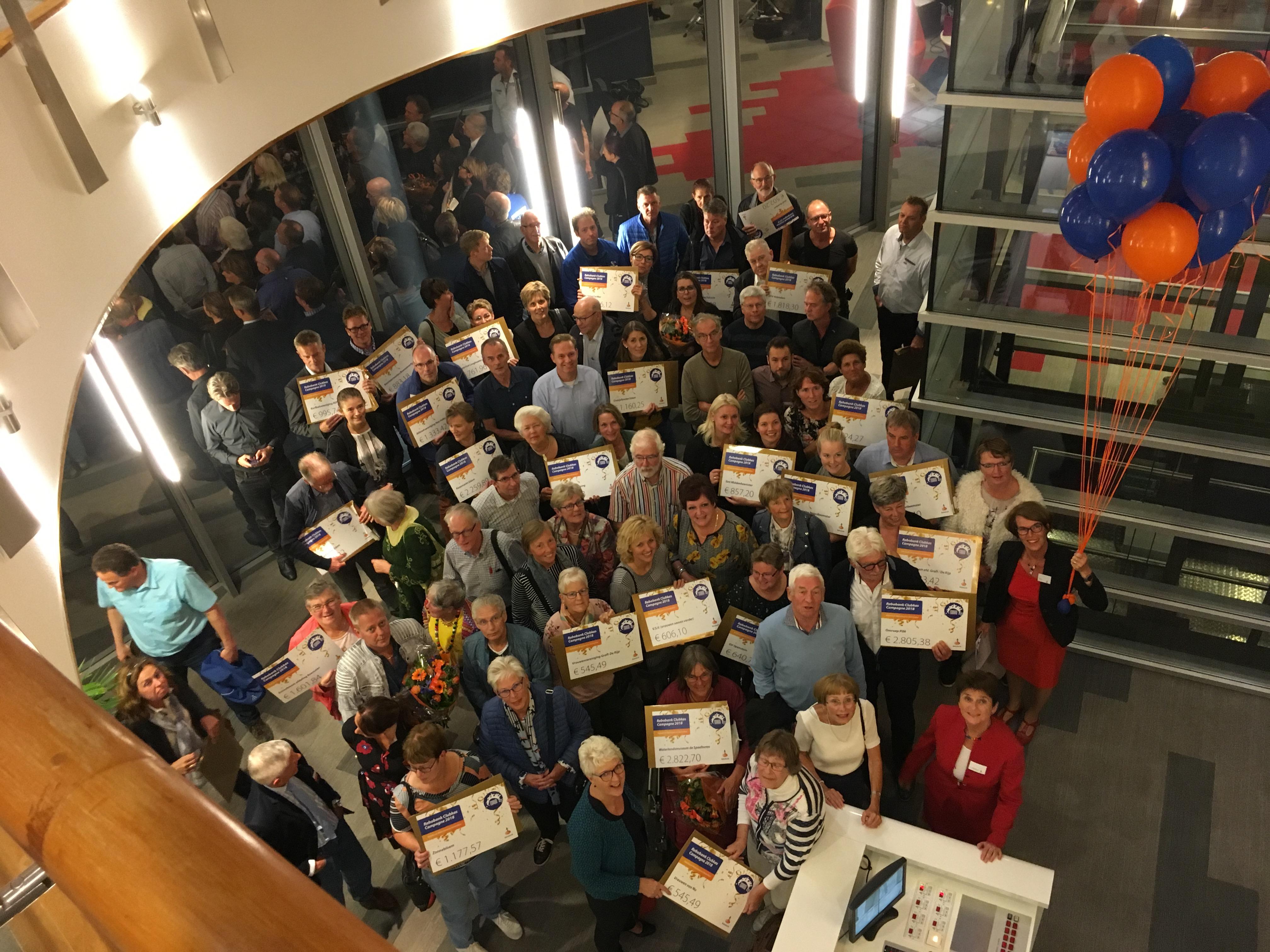 De grootste winnaars van de avond werden stichting CarMar (midden), RKAV Volendam (links) en museum De Speeltoren. (Foto: Evert Ruis) rodi.nl © rodi