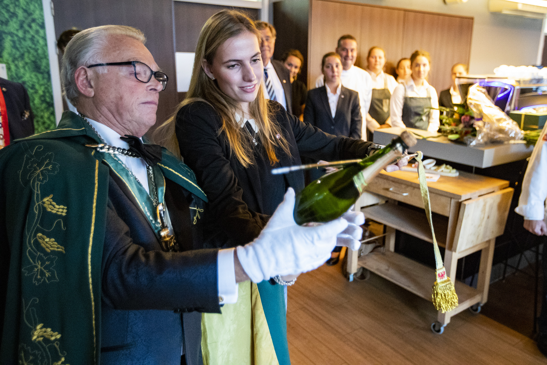 Fabiënne Bakker sabreert champagne en opent zo het gerestylede Nova Grand Café Restaurant. (Foto: PR)