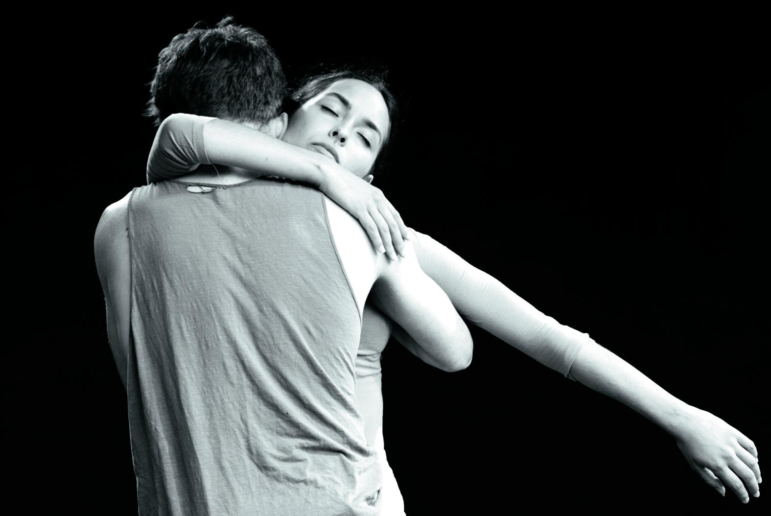 Dansers Marie Khatib-Shahidi and Youri Peters gaan volledig in elkaar op. (Foto: aangeleverd)