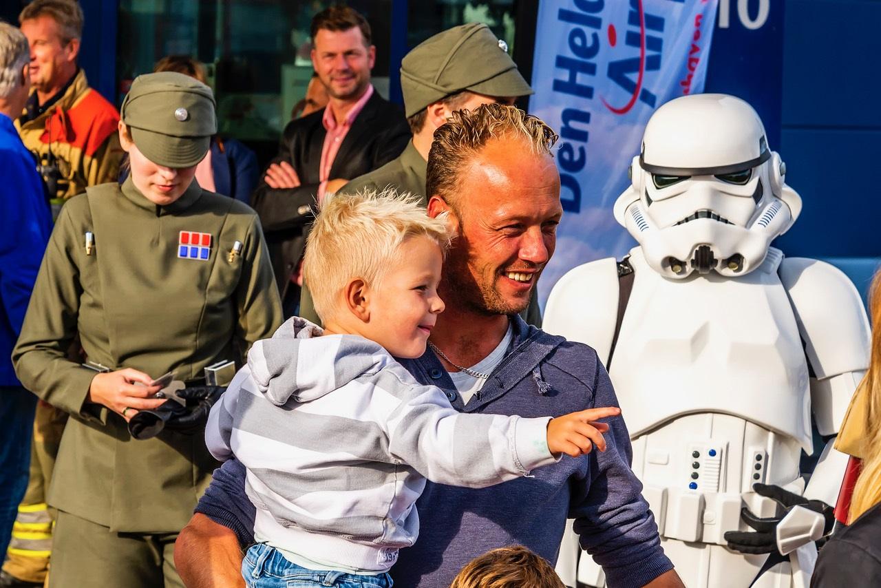 Tijdens de Hoogvliegerdag genieten vaders en zonen op Den Helder Airport. (Foto: Stichting Hoogvliegers)