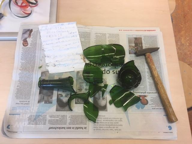 Linsy van Duin kwam met een fles, met daarin een brief, op school. Haar vader had de fles gevonden. Een en al spanning bij het openen van de fles. (Foto: aangeleverd).
