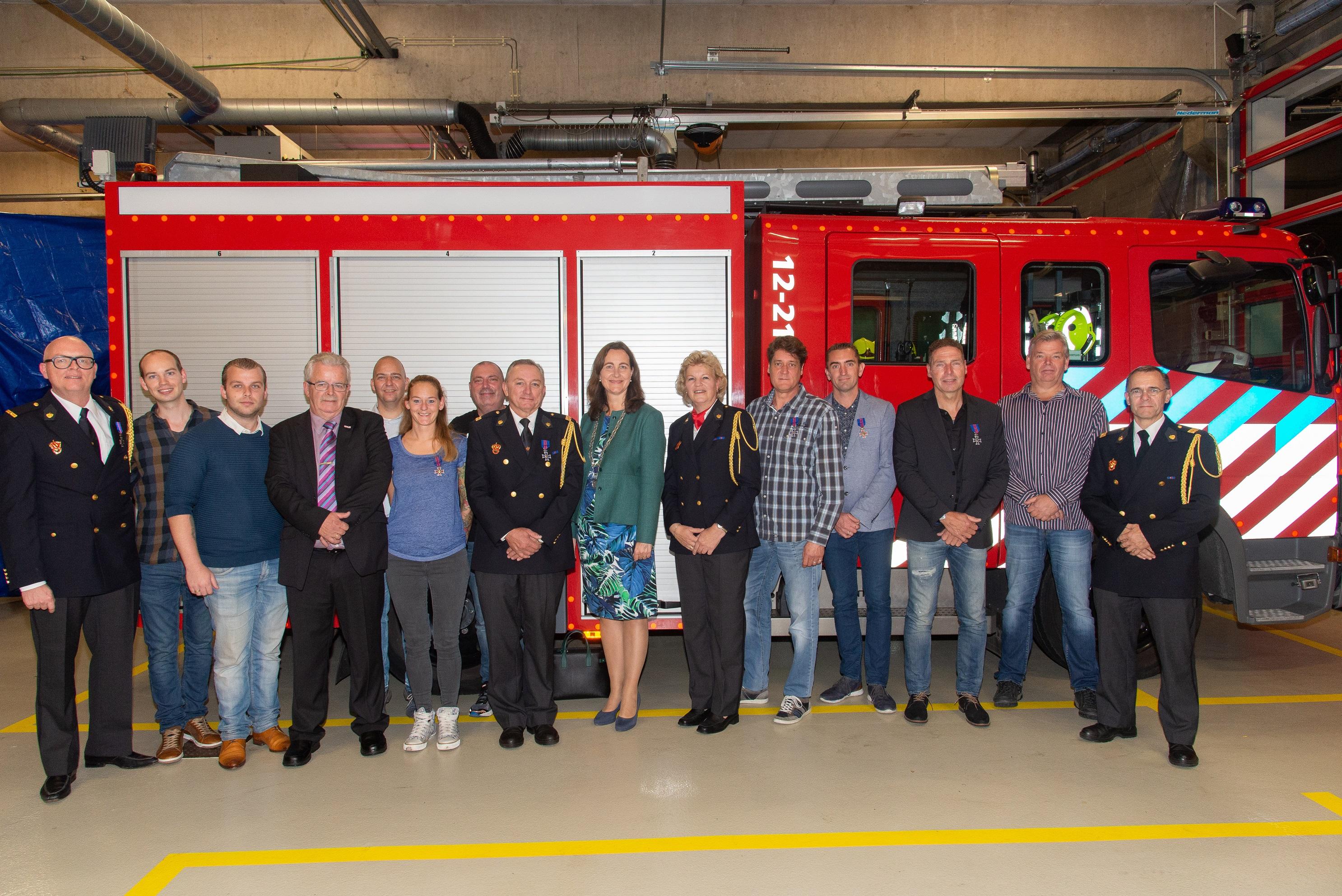 De jubilarissen en gediplomeerden met hun leidinggevenden en burgemeester Mieke Baltus. (FOTO: MIKE BERGHOEFS)