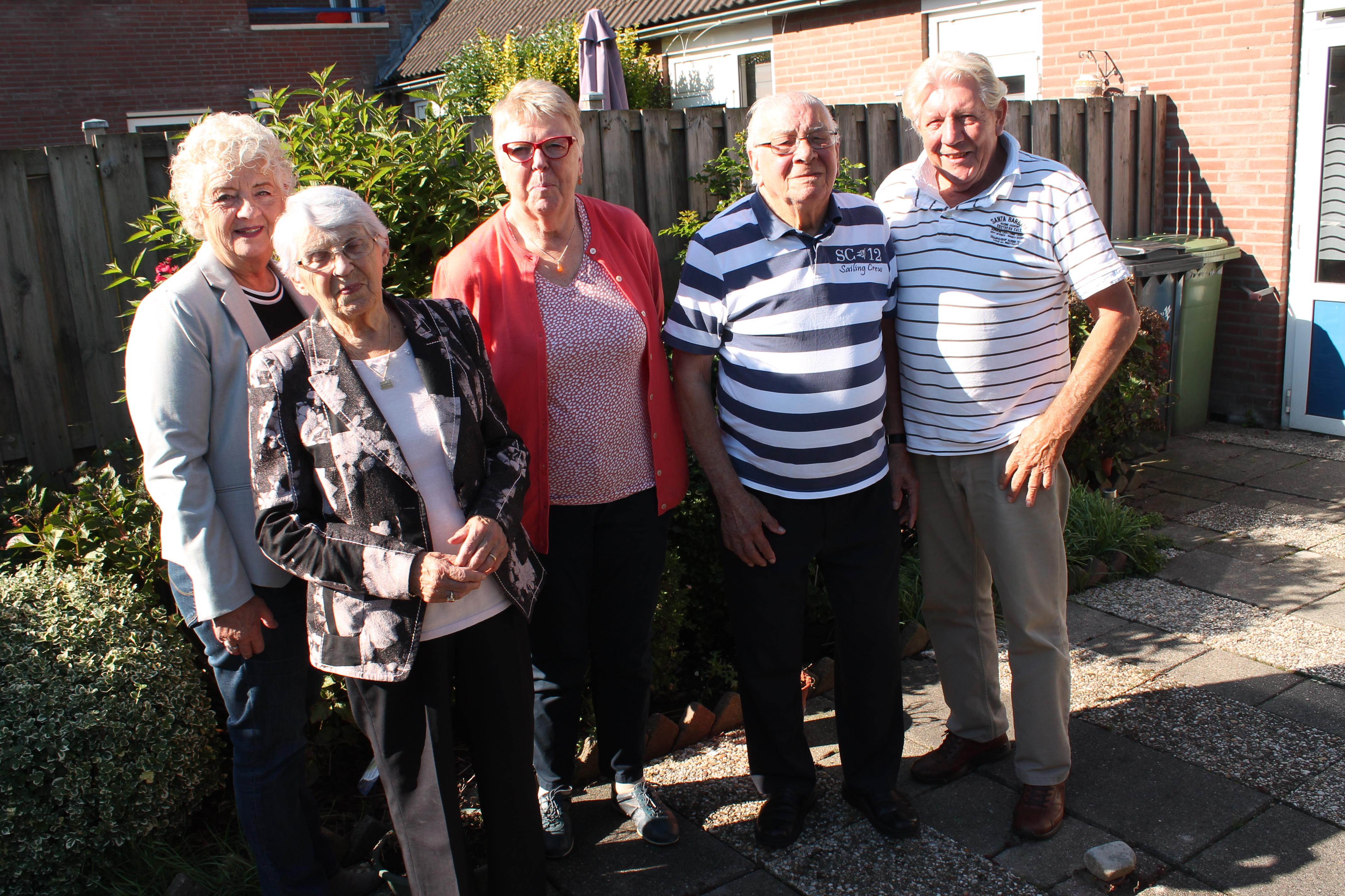 Van links naar rechts: Rita van der Wallen (voorzitter De Zonnebloem Purmerend), An Swart, Sietske van Houten, Louis Sewing en Herman Westra. (Foto: RM/John Bontje)