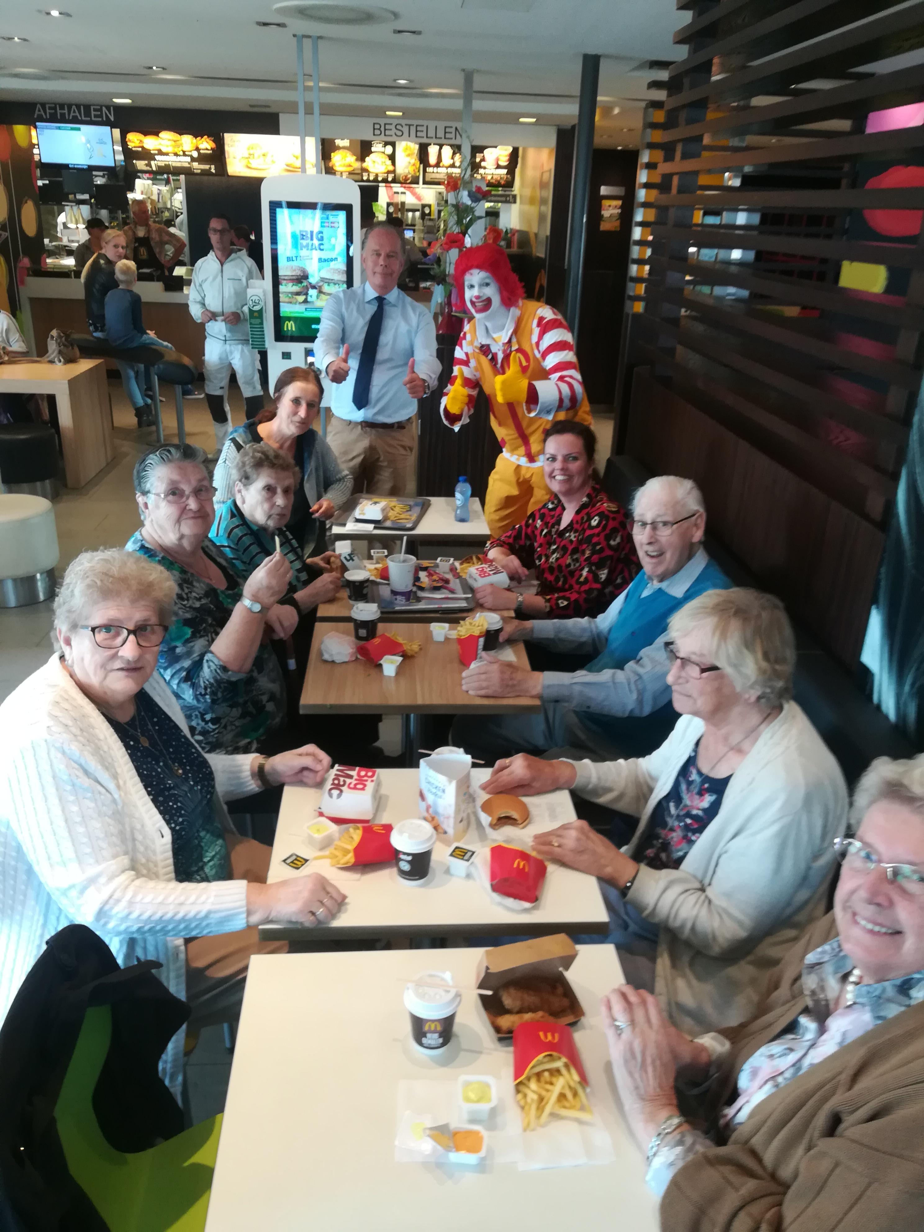 De Heemskerkse ouderen genoten vrijdag van hun lunch bij McDonald's. (FOTO: GOUDEN DAGEN HEEMSKERK)