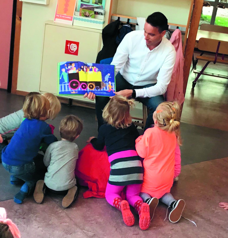 De kinderen luisteren ademloos naar het verhaal. (Foto: aangeleverd)
