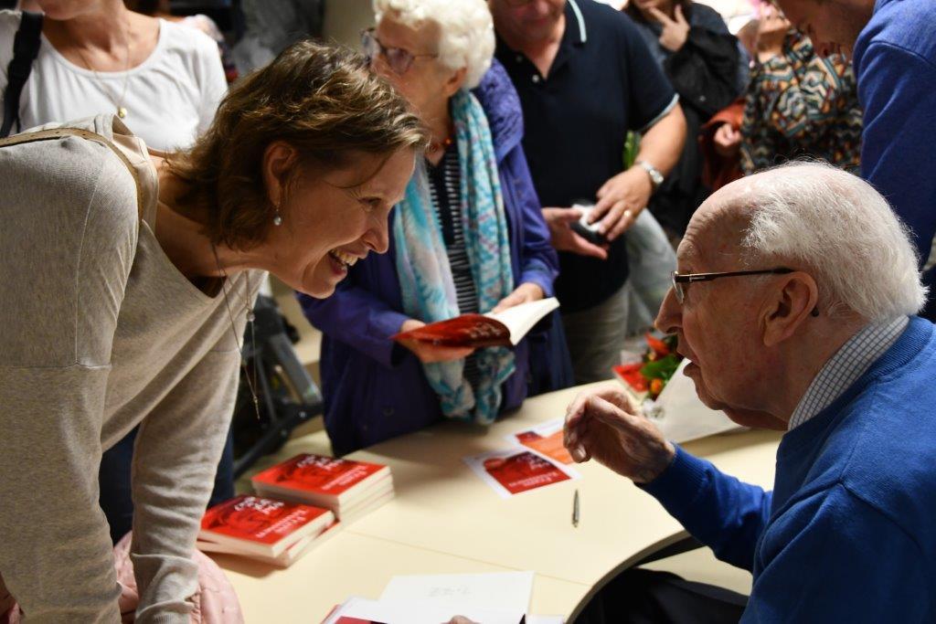 De bezoekers konden ter plekke een exemplaar van het boek aanschaffen en door Frans Teunissen laten signeren. (FOTO: LEO TILLMANS)