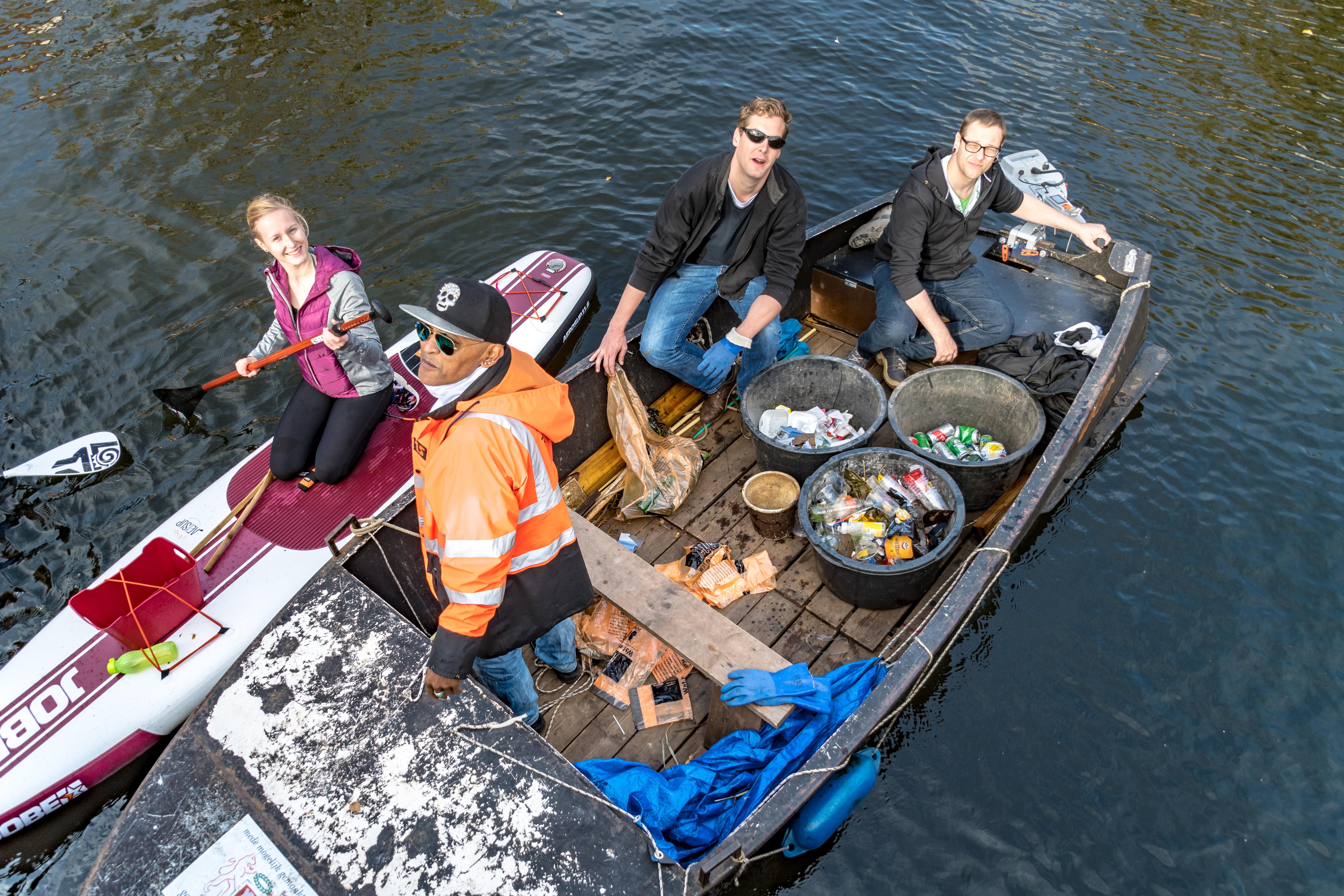 De vrijwilligers werden bijgestaan door een bootje met schippers van Actief Talent. (Foto: aangeleverd)