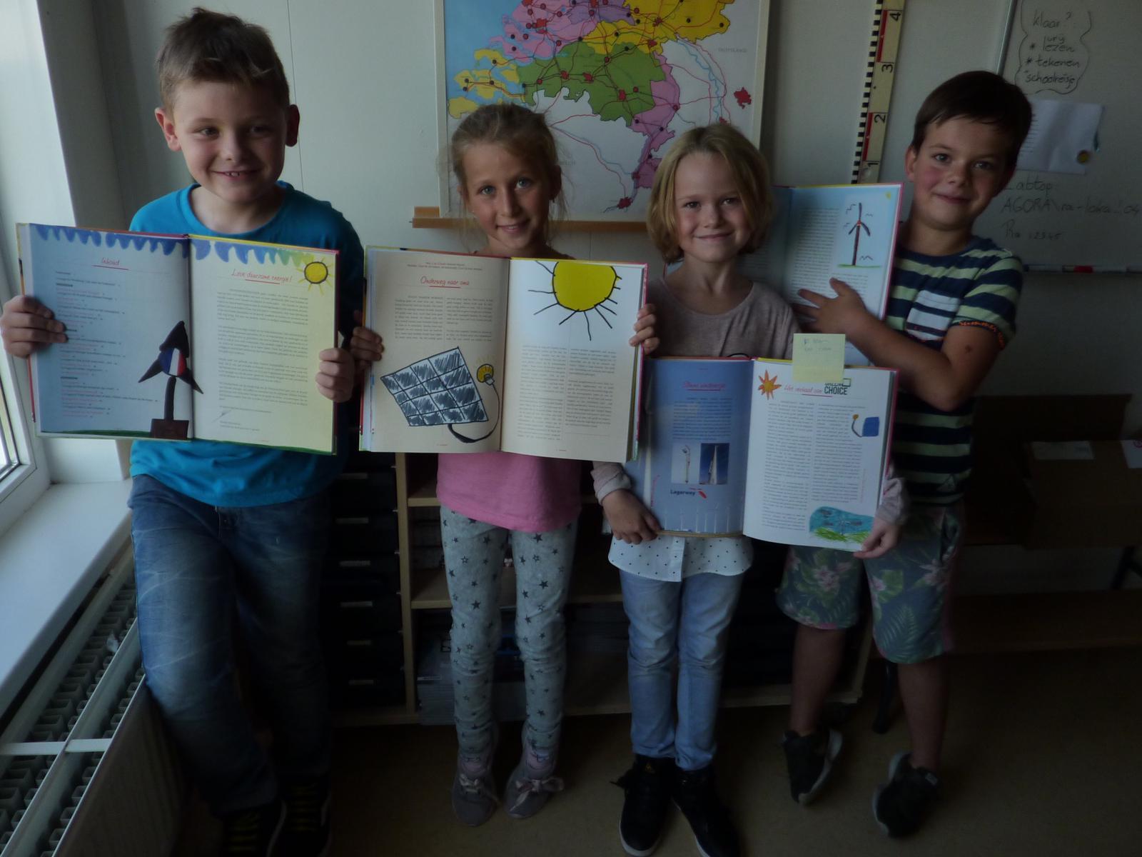 Daan, Xavie, Emma en Mees zijn leerling van Basisschool De Rank in Westzaan. Zij laten hun tekeningen zien die dit jaar zijn opgenomen in het voorleesboek van de Dag van de Duurzaamheid. (Foto: aangeleverd)