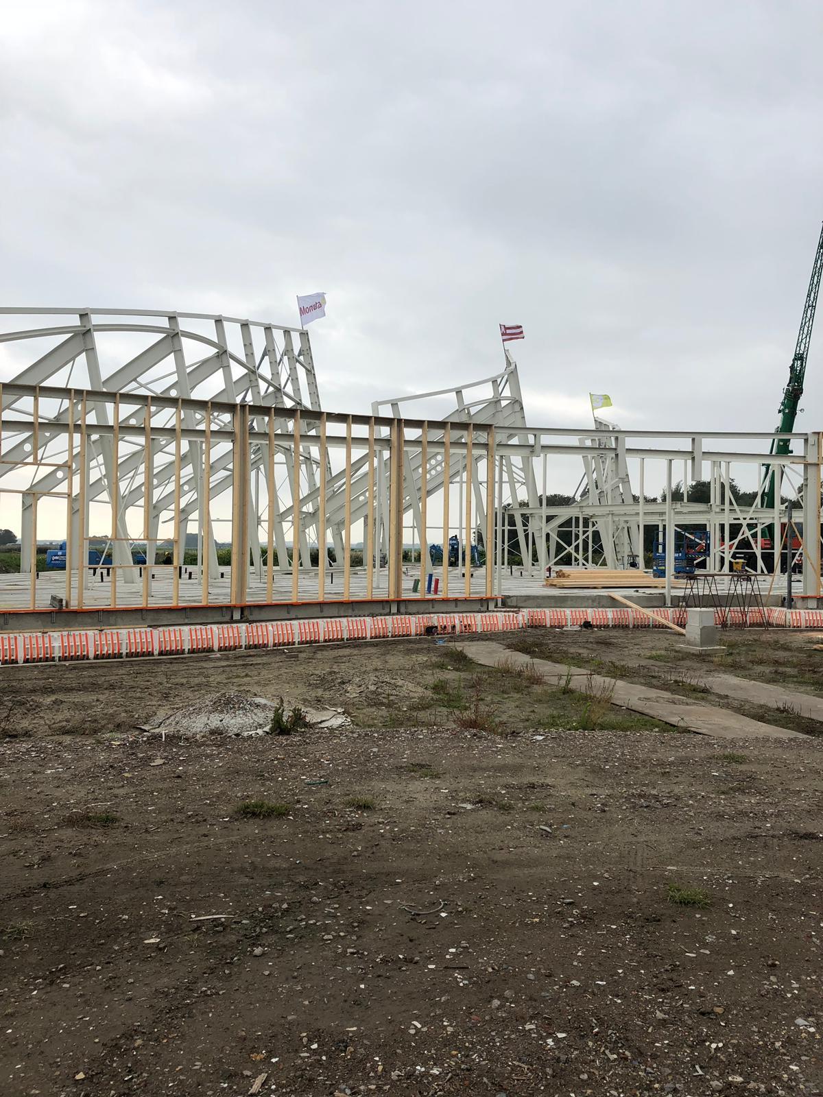 De bouw van het crematorium en uitvaartcentrum aan de Meerweg ligt op schema. (Foto: aangeleverd)
