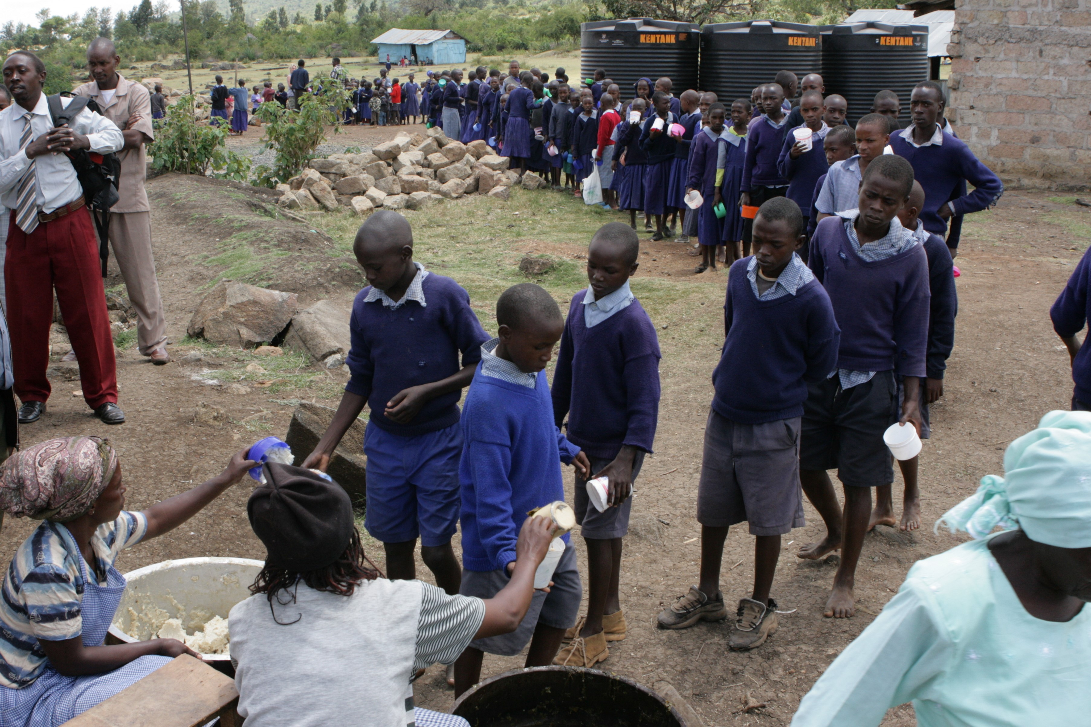 Elke dag lopen circa driehonderd kinderen vaak meer dan een uur, soms op blote voeten door de modder, naar een schoolgebouwtje. Zij weten dat zij daar een voedzame maaltijd krijgen en daarnaast ook nog leren lezen, schrijven en rekenen. (Foto: aangeleverd)