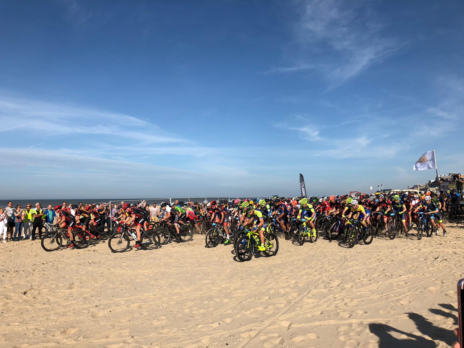 De zandheuvel was een zwaar obstakel voor de deelnemers van de Derp Bikers Beachrace. (Foto: aangeleverd) rodi.nl © rodi
