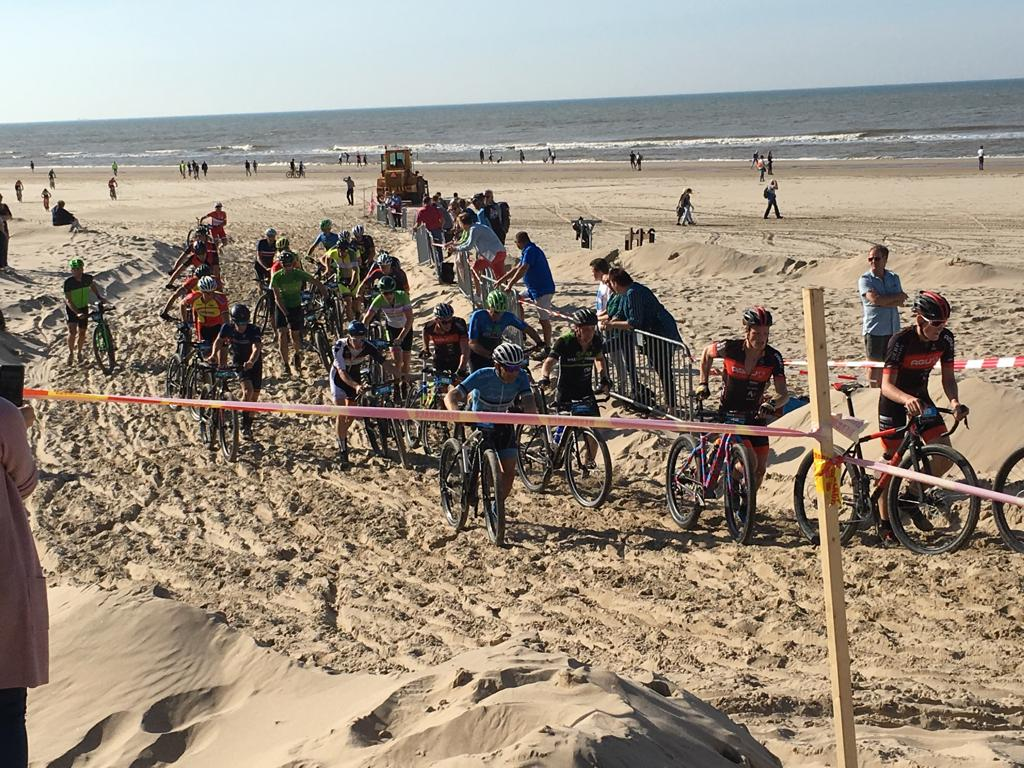 De zandheuvel was een zwaar obstakel voor de deelnemers van de Derp Bikers Beachrace. (Foto: aangeleverd)