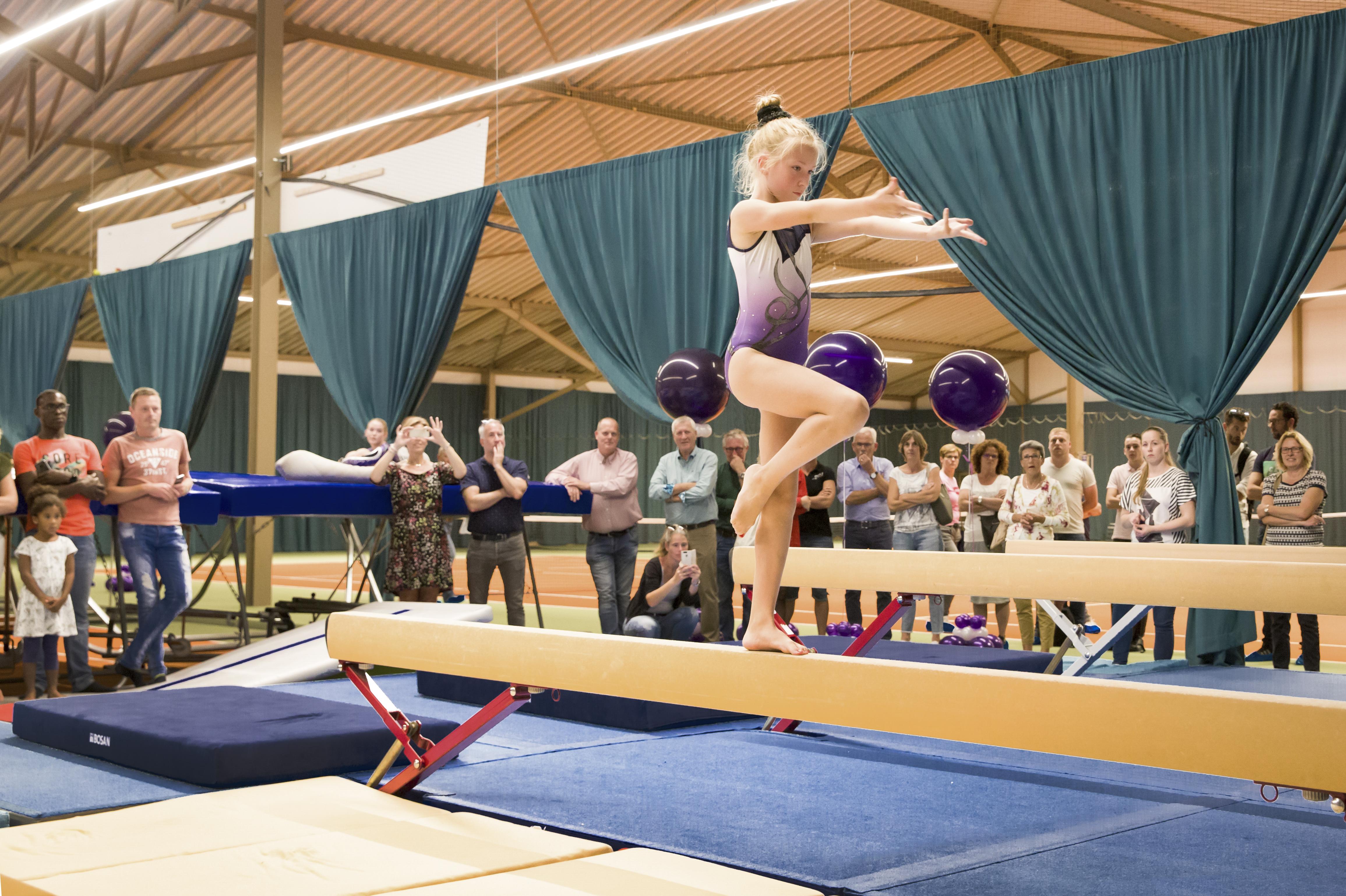 De officiële opening van de hal werd omlijst door spectaculaire turndemonstraties van talentvolle leden van SiU. (Foto: Jolanda Jacobs) rodi.nl © rodi
