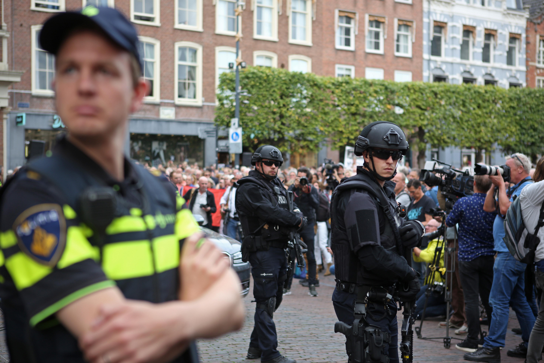 Onder toezicht van zwaarbewapende politie verliep de manifestatie op de Grote Markt vredig. (Foto: Rowin van Diest)