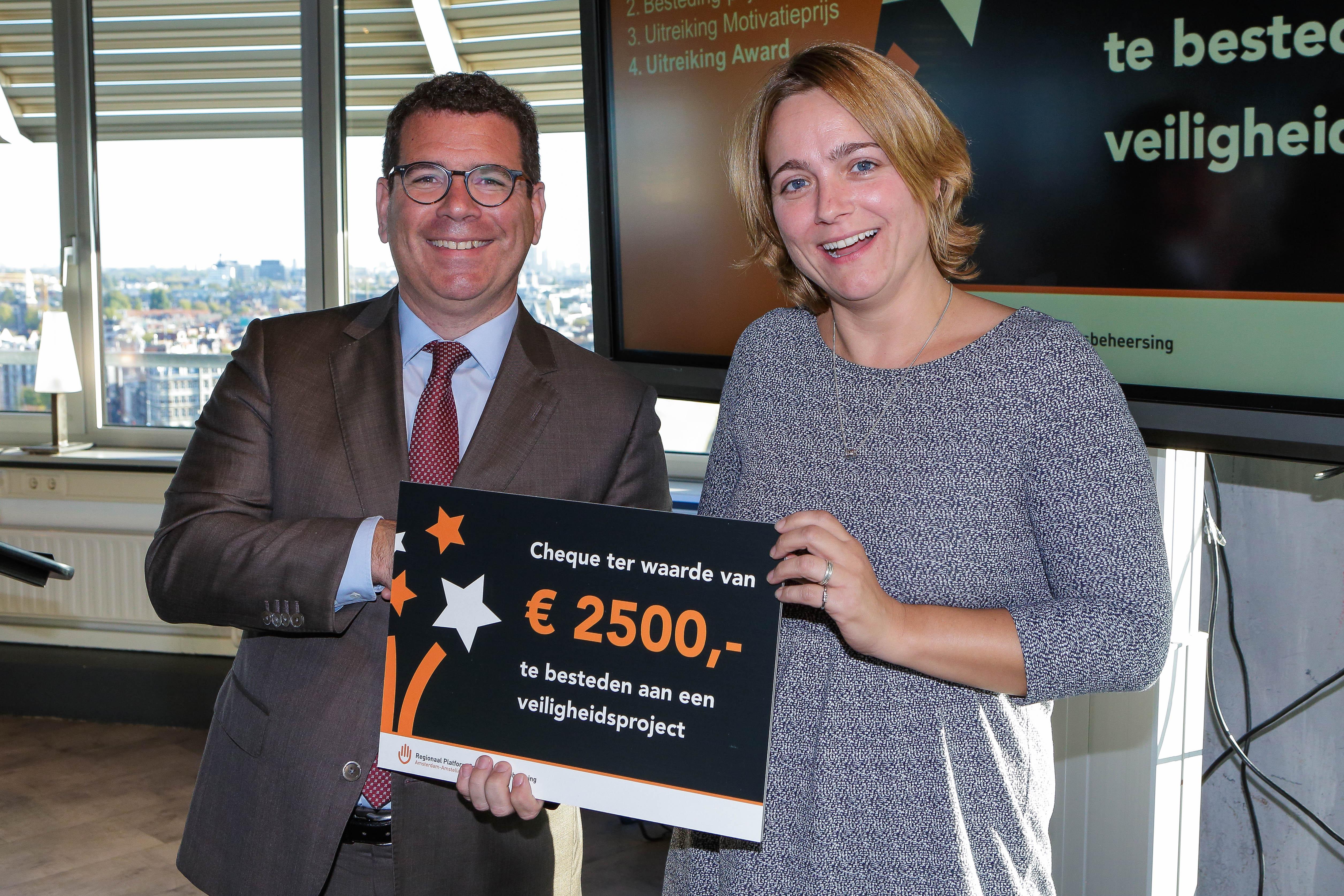 Erna Berends neemt de cheque in ontvangst. (Foto: Marco Keyzer)