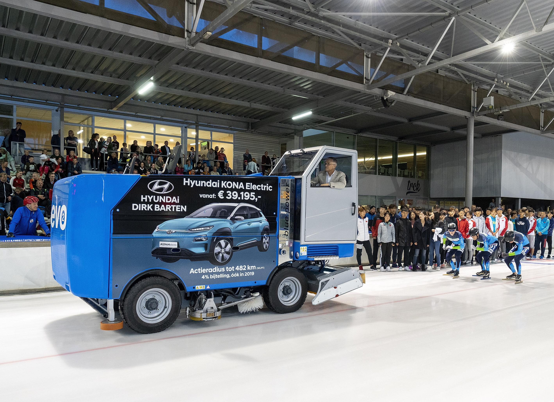 Sportwethouder Pieter Dijkman opende vrijdag 12 oktober de compleet verbouwde ijsbaan De Meent. (Foto: Jan Jong Fotografie)