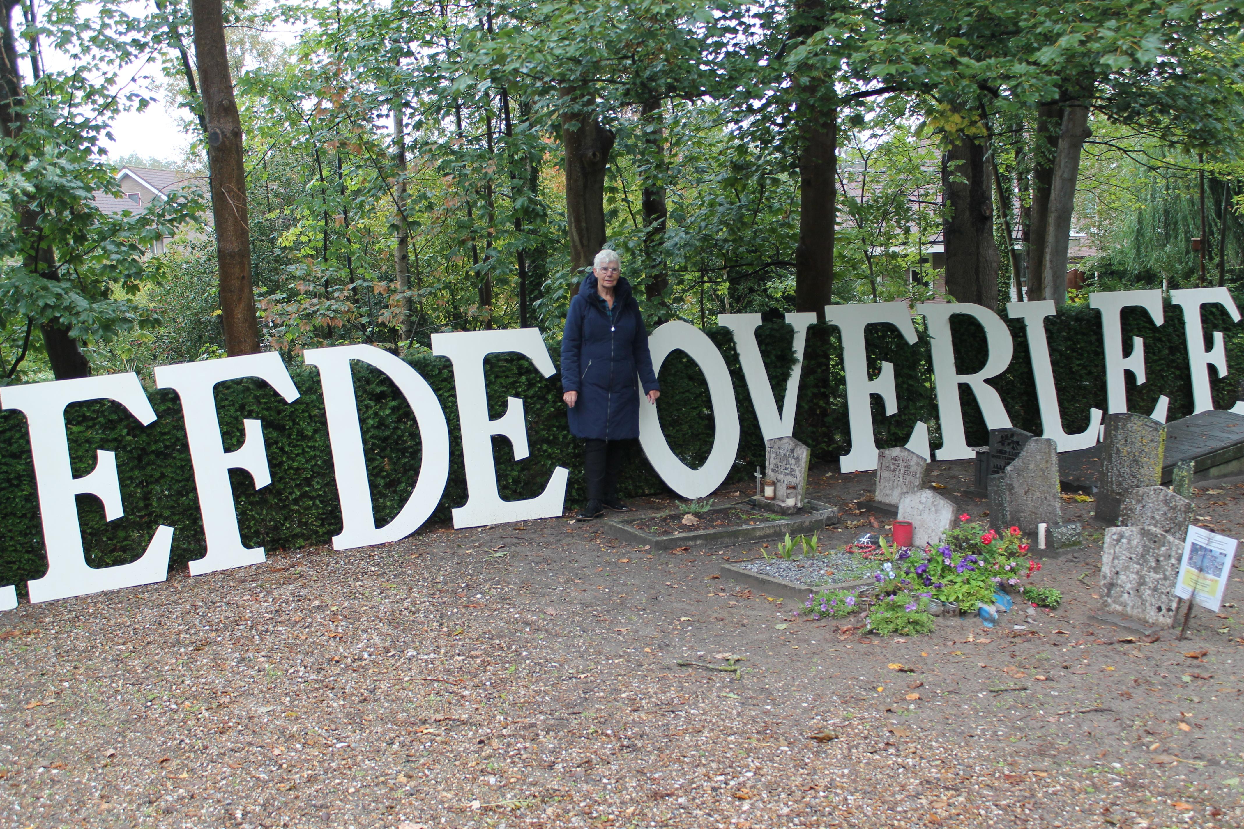 Wil Rijswijk op het kerkhof met zichtbaar de tekst