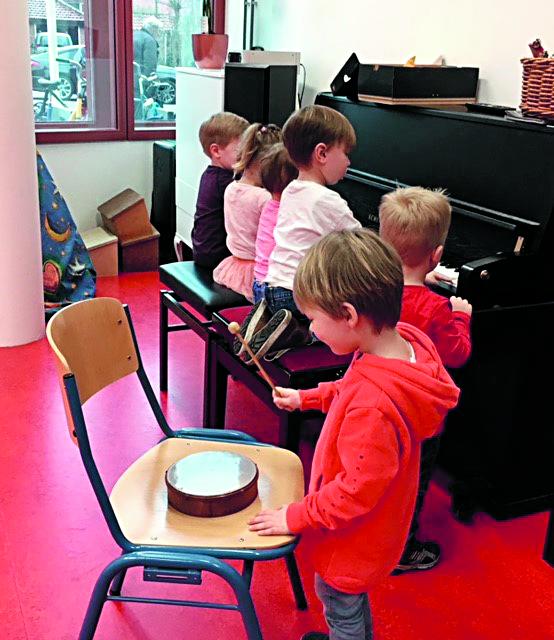 Peuters zingen zelf erg graag en vinden het leuk om bijvoorbeeld met eenvoudige muziekinstrumenten te experimenteren. (foto aangeleverd)