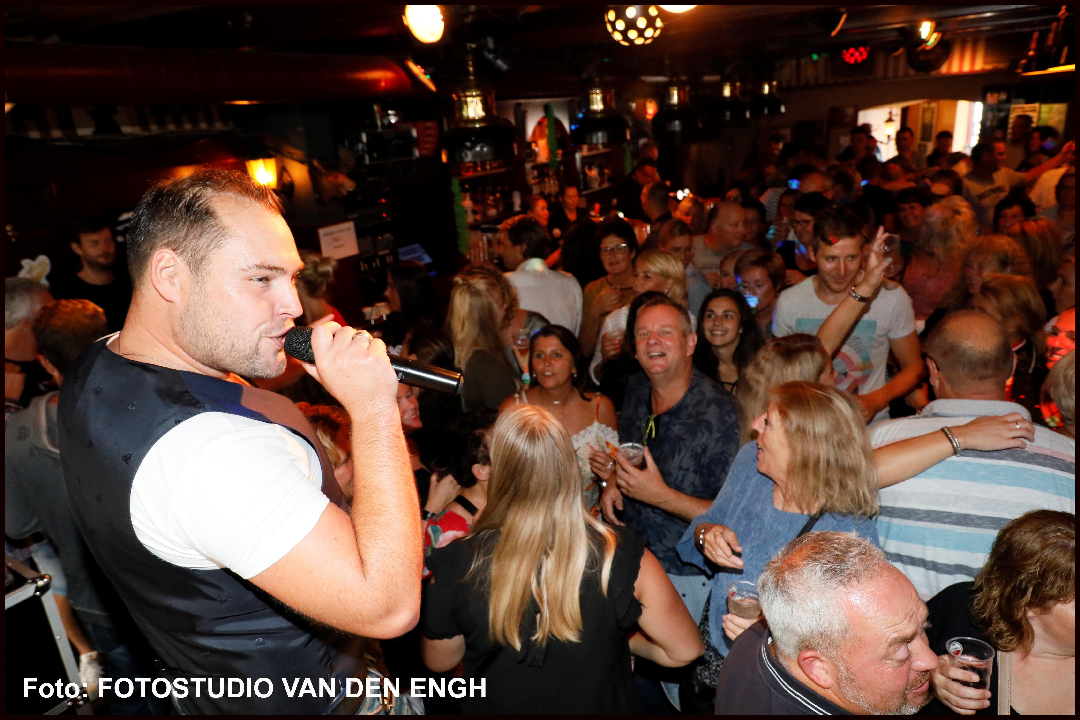 Volkszanger Benard Karsten viert op 2 november zijn jubileum. (Foto: Fotostudio Van den Engh)