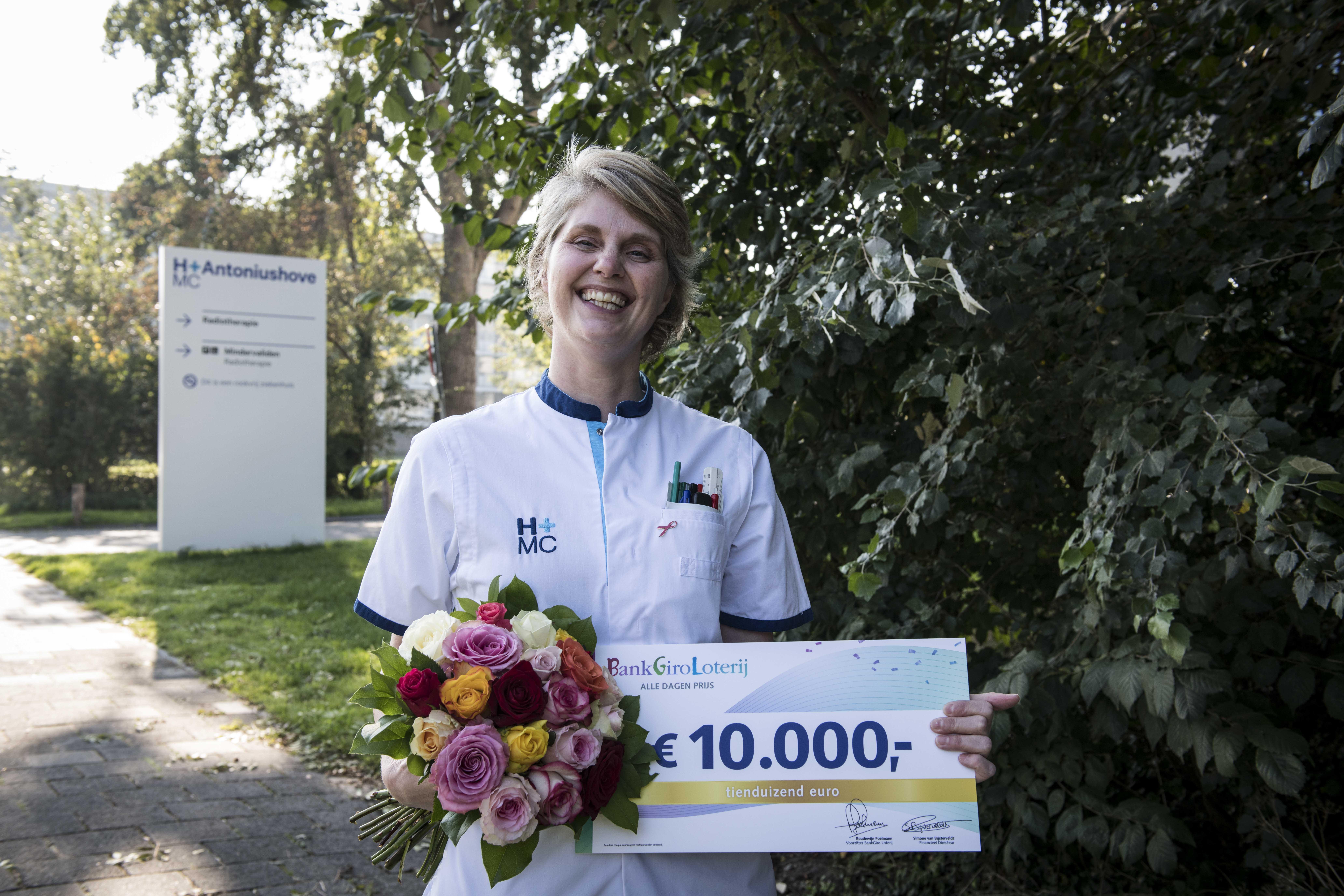 Een dolblije Mirjam werd op haar werk in Nieuwegein verrast (Foto:Jurgen Jacob Lodder)