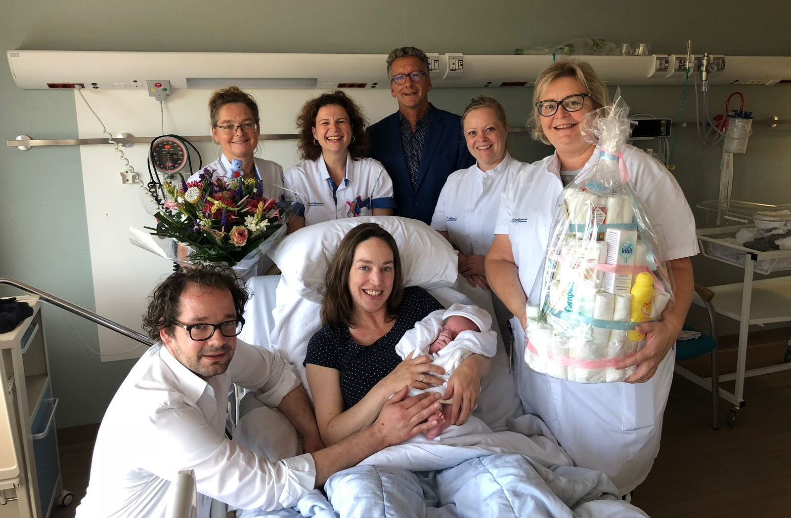 Ouders van Hugo, team Moeder Kind Centrum en Edwin van der Meer, lid Raad van Bestuur BovenIJ ziekenhuis. (Foto: aangeleverd)