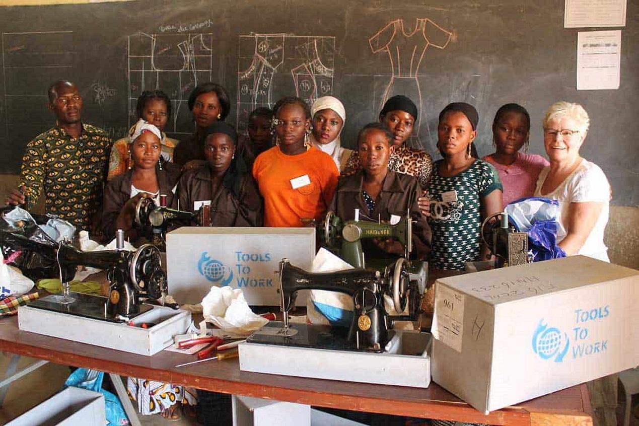 Met een naaimachine of gereedschapskist kunnen jongeren in Kenia en Sierra Leone zelfstandig aan de slag om zo een goed bestaan op te bouwen. (FOTO: AANGELEVERD)