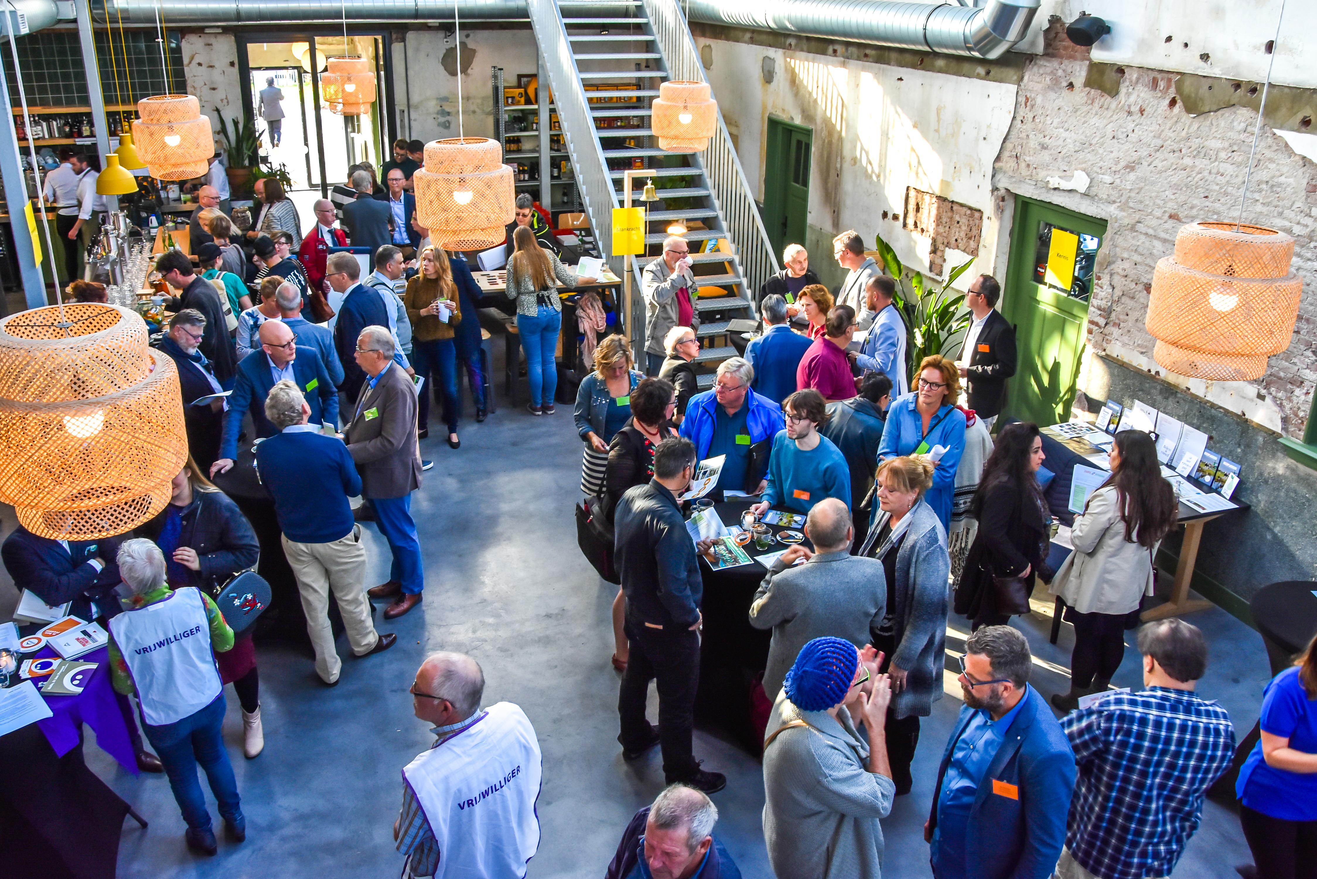 Vertegenwoordigers van bedrijven en maatschappelijke organisaties druk in gesprek om elkaar te helpen. (Foto: Fred Wolf) rodi.nl © rodi