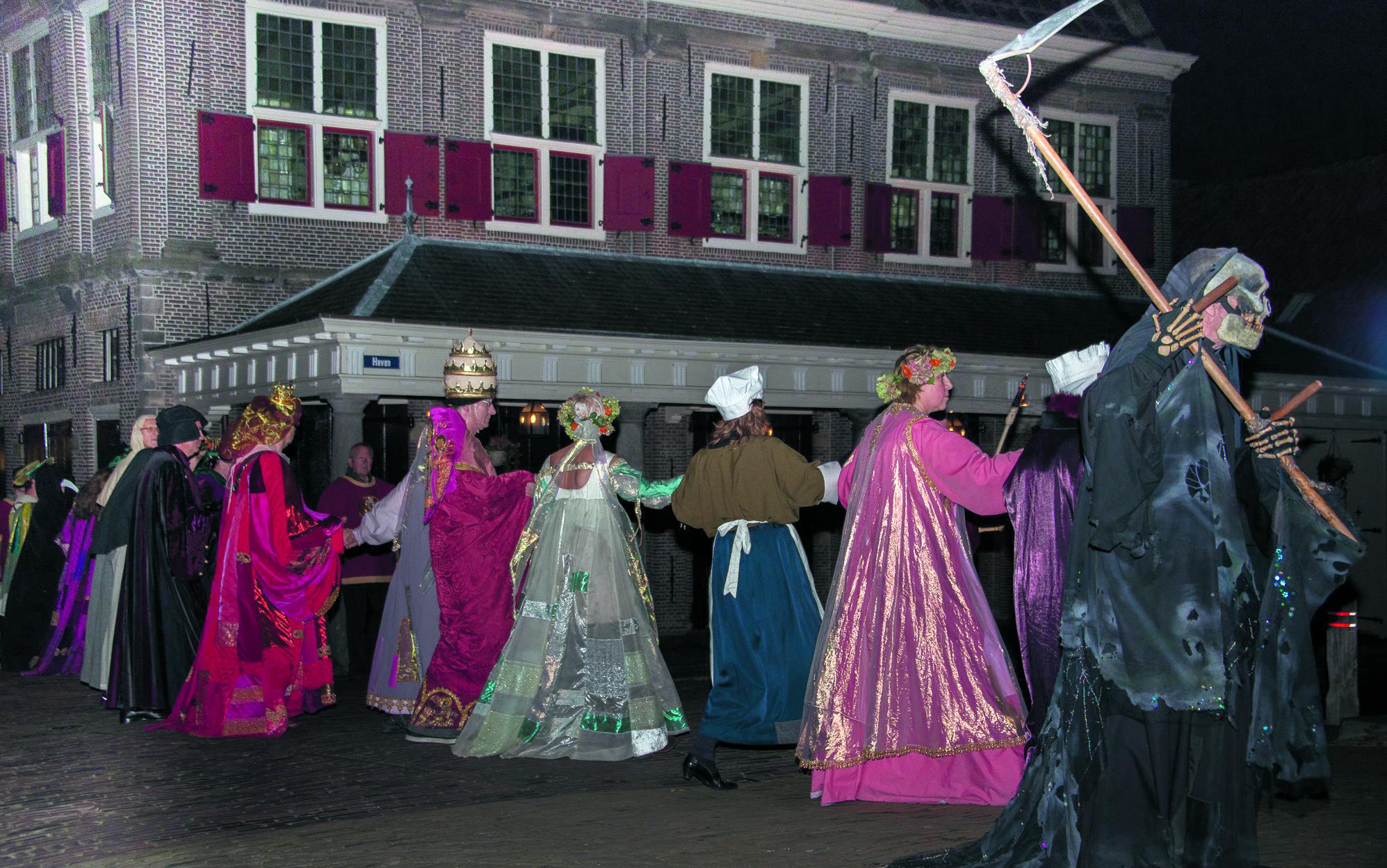 Magere Hein en dodendansers in Monnickendam. (Foto: Phfoto.nl)