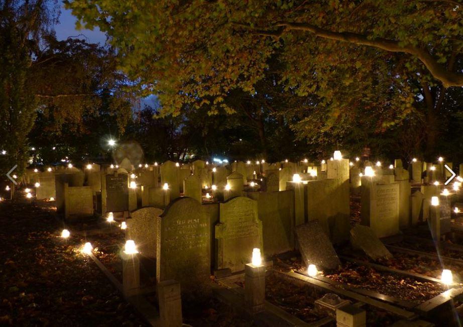 De begraafplaats wordt voor zo'n tweeduizend waxinelichtjes verlicht, een betoverend gezicht. (Foto: Historische Vereniging Wormerveer)