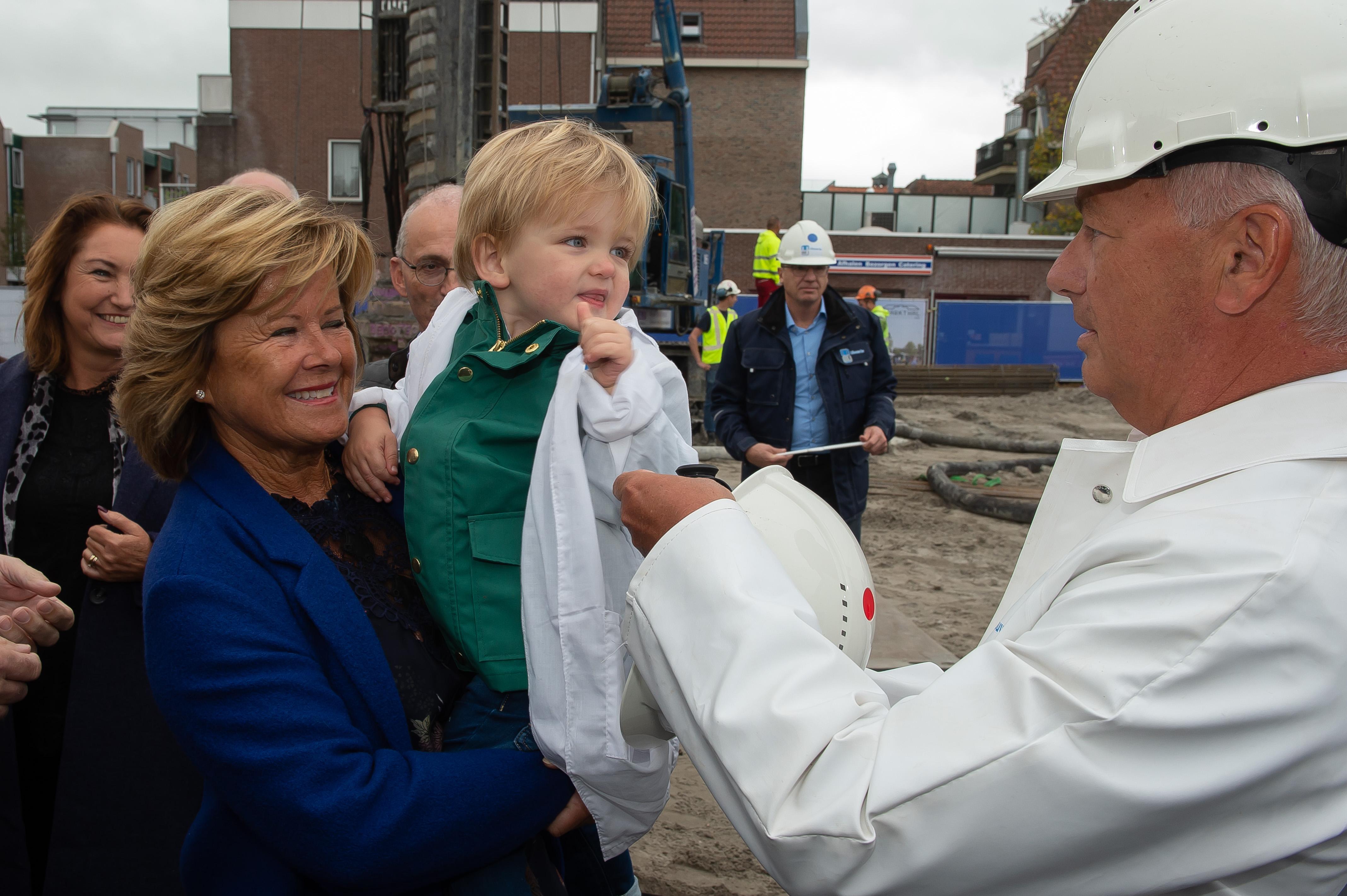 """<p>Stad krijgt een monument terug<br /><span class=""""chapeau"""">Feestelijke eerste paal geslagen van Markthal op Koemarkt</span></p>"""