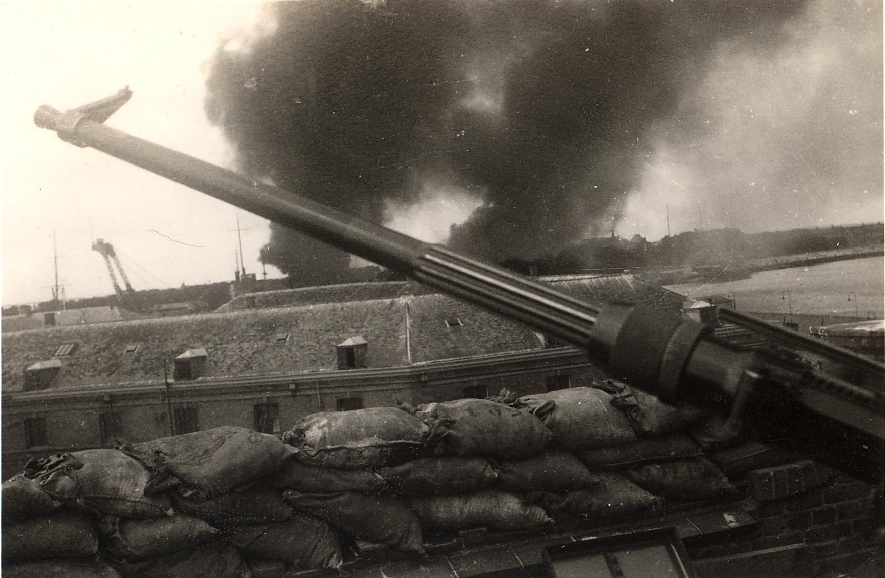 Luchtaanval op de Rijskwerf in 1940. (Foto: aangeleverd)
