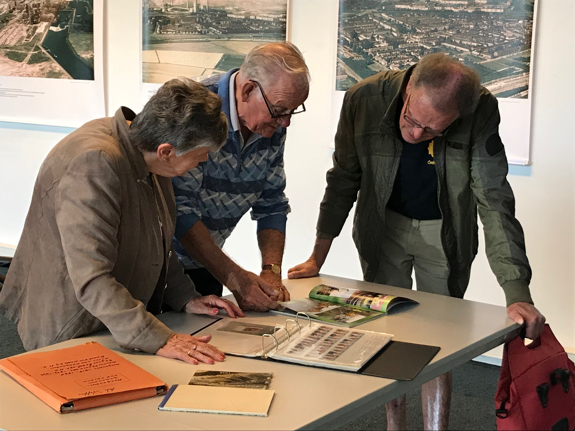 Bezoekers bekijken aandachtig de informatie over 100 jaar Hoogovens. (FOTO: AANGELEVERD)
