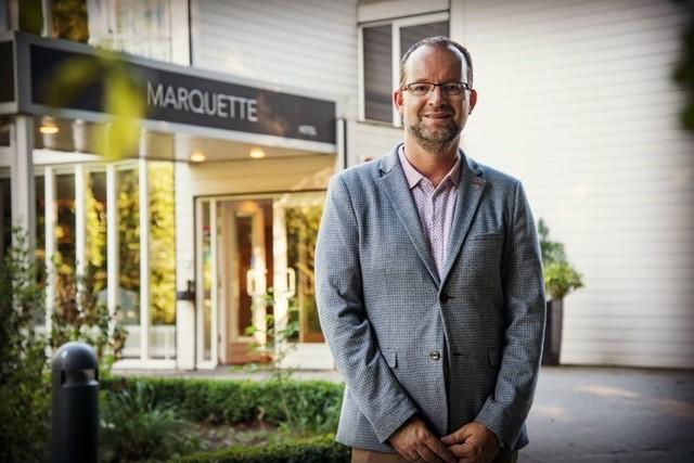 Erik Kuiper-van den Berg bij de entree van het door hem aangekochte hotel. (FOTO: AANGELEVERD)