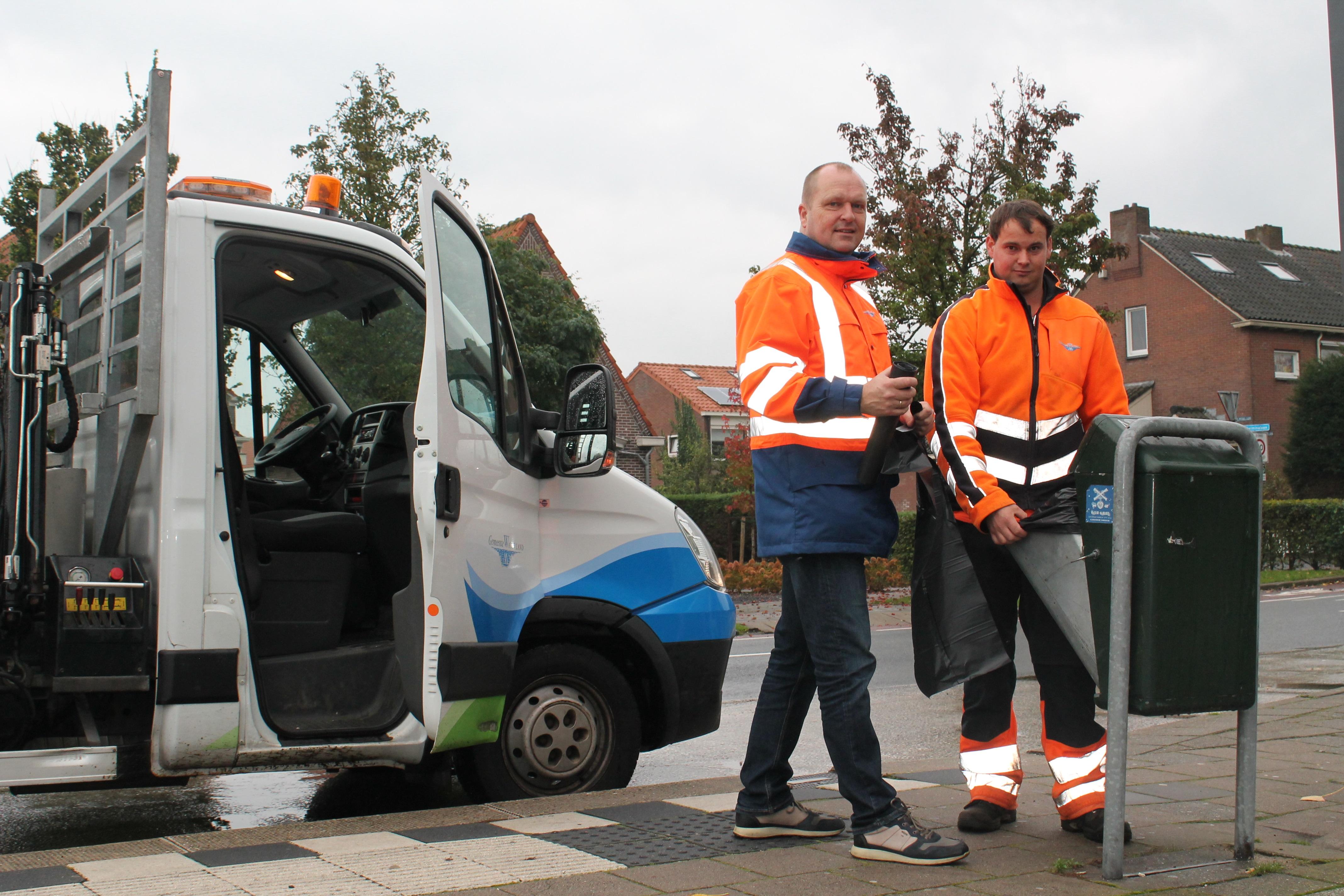 Robin Kraanwinkel en Alexander Kaars tijdens het legen van de afvalbakken.  (Foto: Rodi Media/SZ)