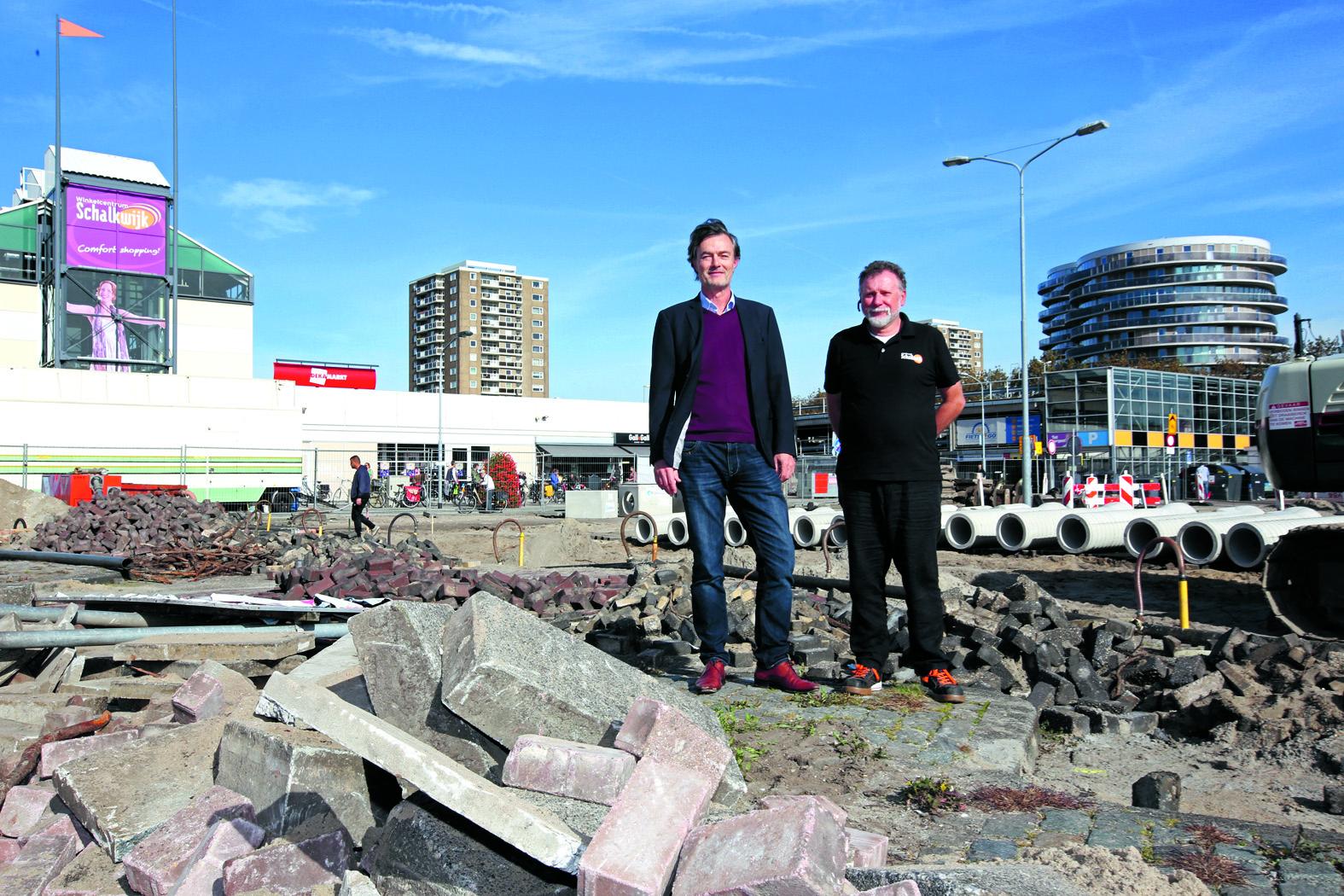 Helmich Weidema (voorzitter van de VVE Winkelcentrum Schalkwijk, links) en Gerard Zwier (winkelcentrummanager) staan op de nabije toekomst van Winkelcentrum Schalkwijk (Foto: Rowin van Diest)