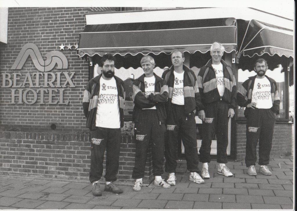 V.l.n.r.: Jan van Eeden, Leo Jong, Robin Kolkman, Ben Mooiman en Marius Joustra (boek Den Helder jaren negentig deel 1 in voorbereiding). (Foto: aangeleverd)
