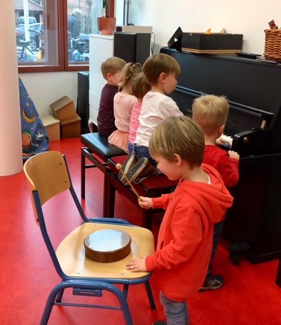 Kinderen vinden het erg leuk om met muziekinstrumenten te experimenteren. (FOTO: AANGELEVERD)