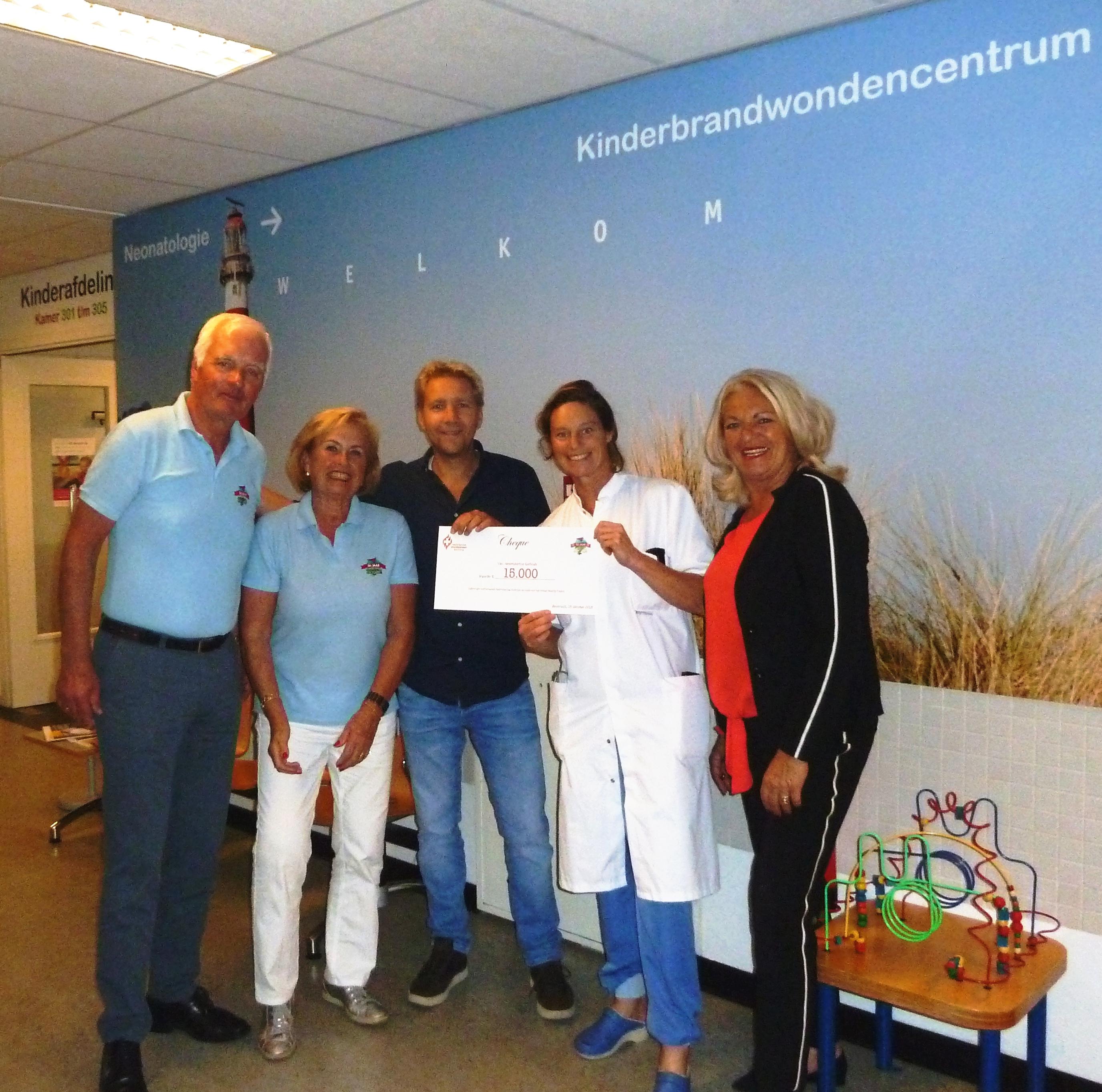 Namens de lustrumcommissie van de Heemskerkse Golfclub hebben Cocky Andree en Henk Vromans de cheque ter waarde van 15.000 euro overhandigd aan Ariënne de Boer (fondsenwerver van de Nederlandse Brandwondenstichting), Annebeth de Vries (chirurg en hoofd Kinderbrandwondencentrum te Beverwijk) en