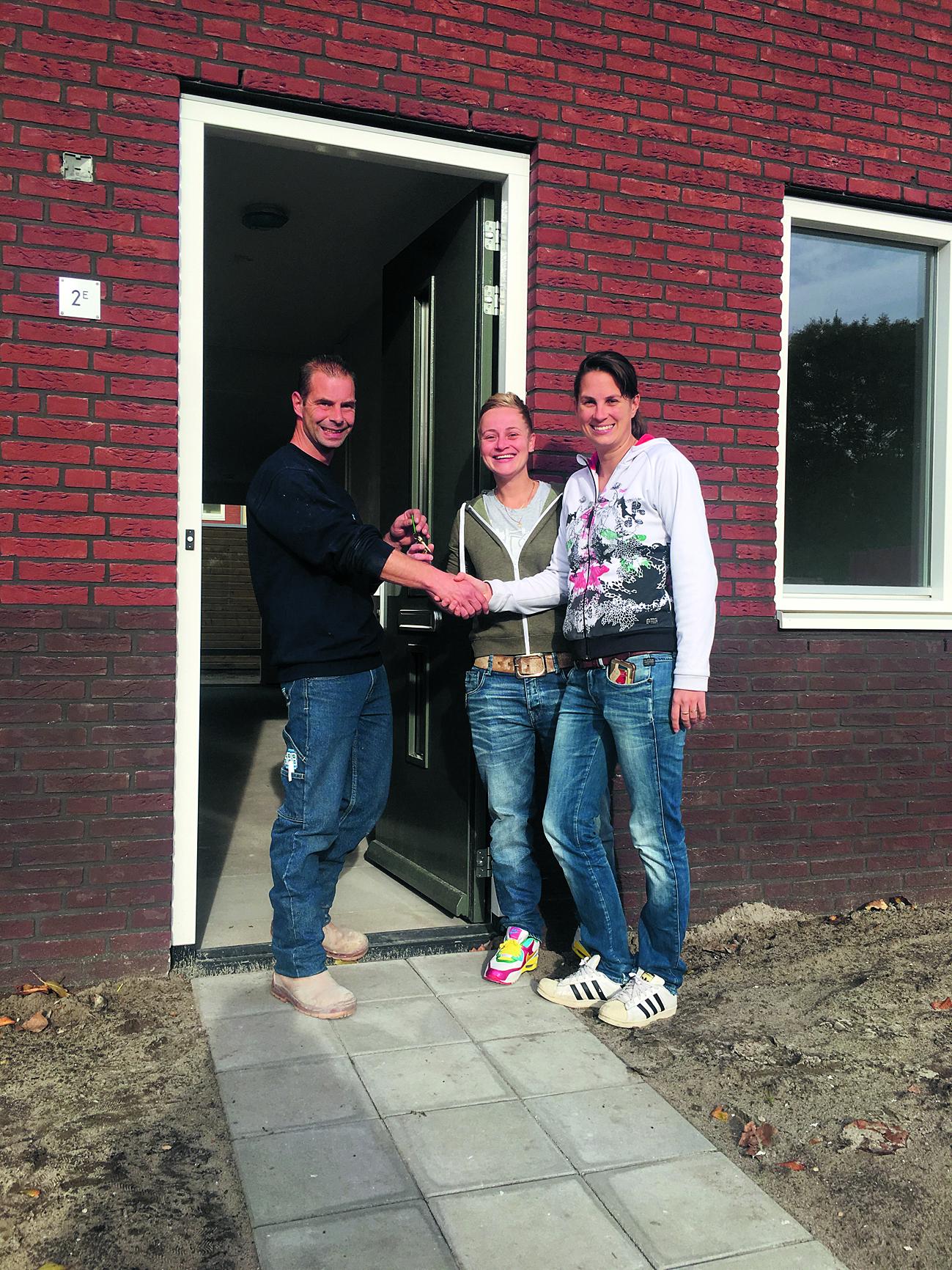 Uit handen van uitvoerder Johan Schelvis ontvingen Iris Zonneveld en Caroline Sinnige vorige week de sleutel van hun nieuwe woning. (FOTO: SMIT'S BOUWBEDRIJF)