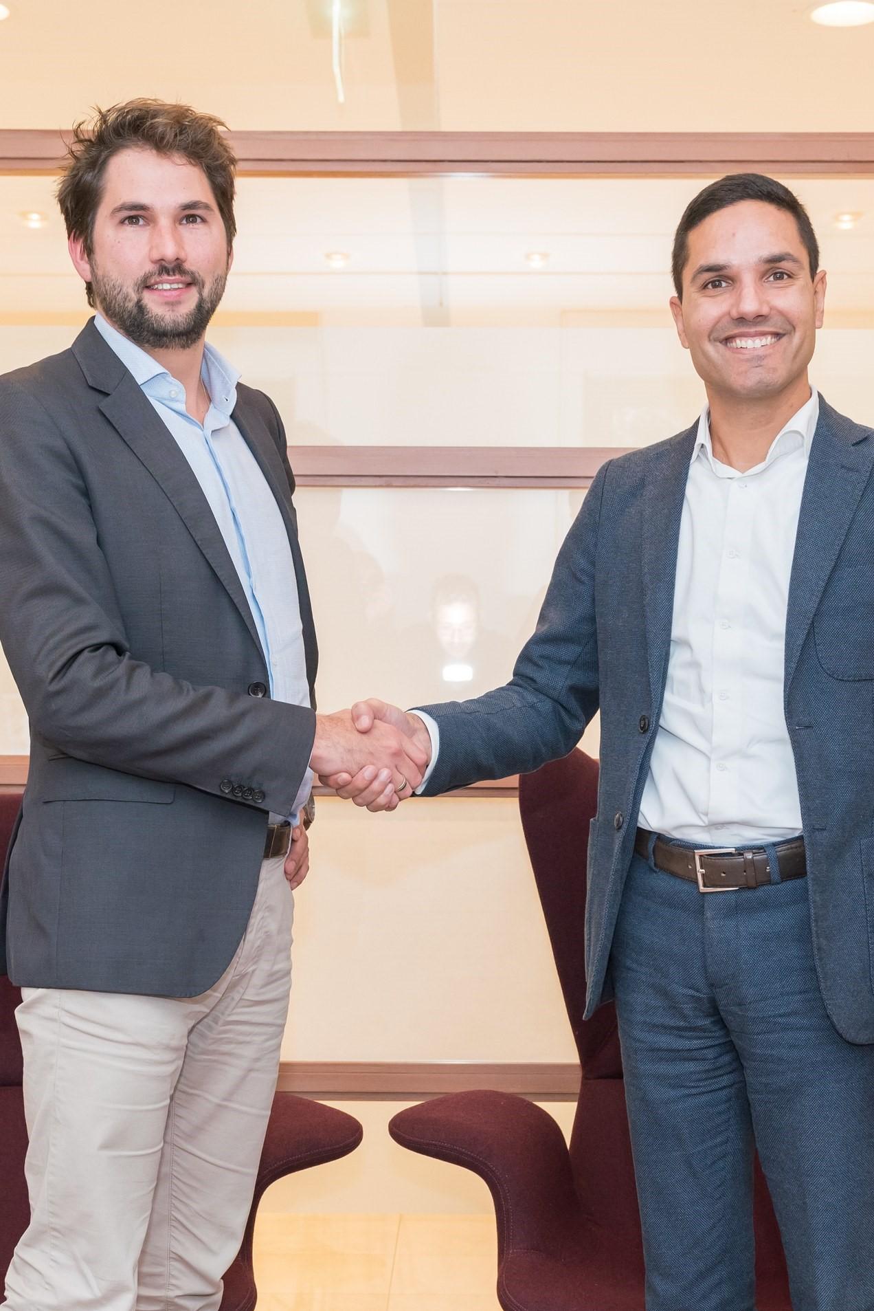 Wethouder Thijs Kroese (links) en Stefan van Schaik van Wooncompagnie schudden elkaar de hand. (Foto: aangeleverd)