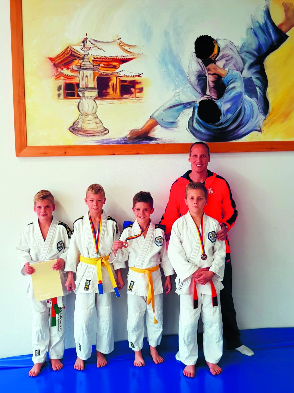 Vier judoka's EBI-Sports op het podium. (Foto: aangeleverd)