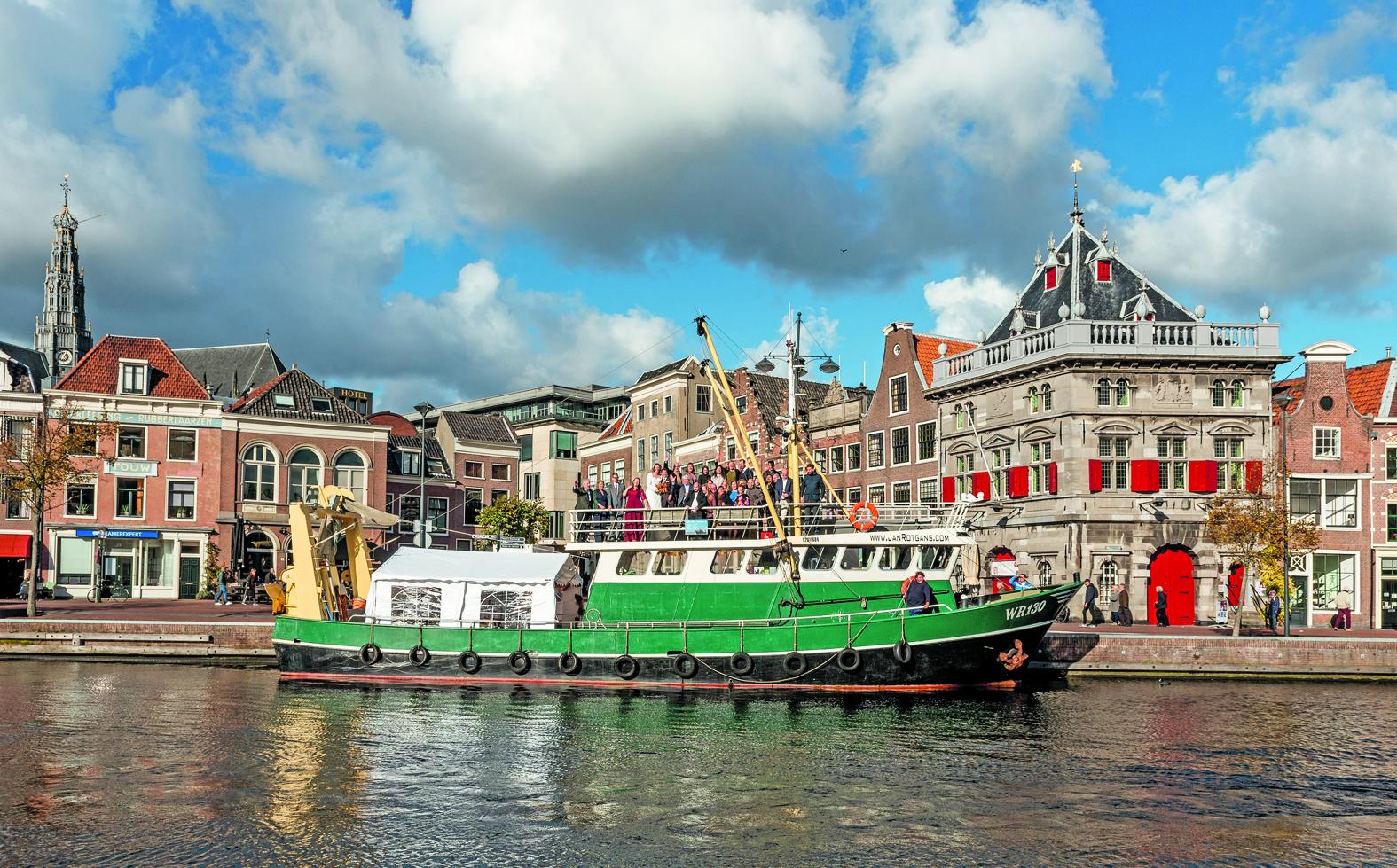 Jelle Woortman en Puck Metsers trouwen op de Johanna II op het Spaarne. (foto aangeleverd) rodi.nl © rodi