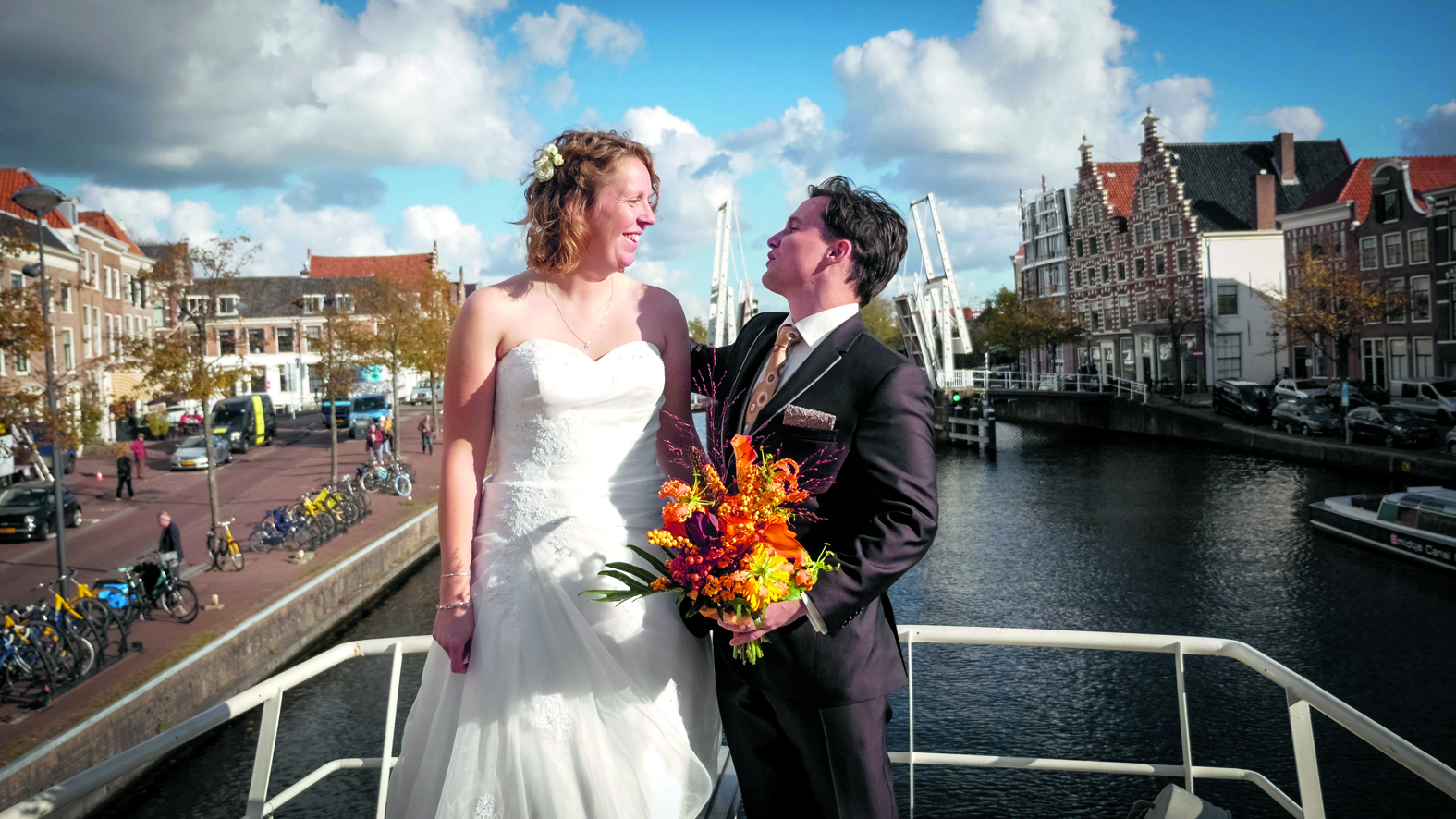 Jelle Woortman en Puck Metsers trouwen op de Johanna II op het Spaarne. (foto aangeleverd)