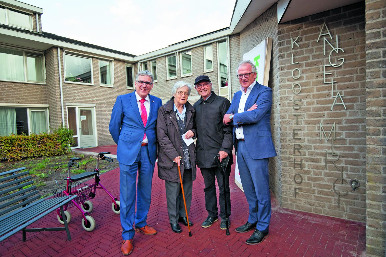 (vlnr) Frits Westerkamp, zuster Marie-José, Henk Labij van der Pol en Dick Tromp onthullen de naam Angela Merici. (Foto: Erik Boschman)