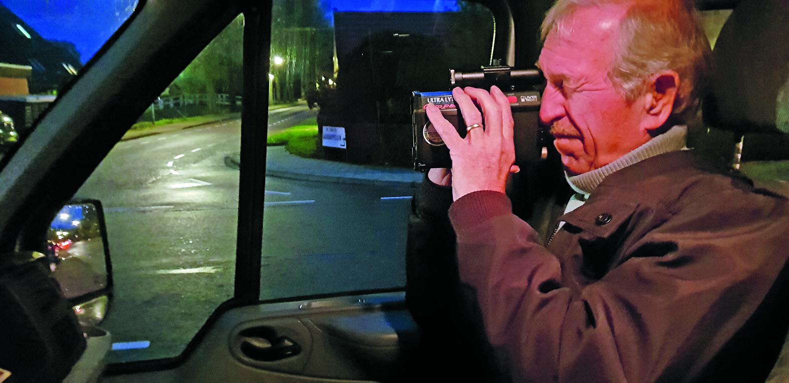 Wim Floor van de Dorpsraad Andijk verrichtte ook 's avonds snelheidsmetingen in het dorp. (Foto: Dorpsraad Andijk)