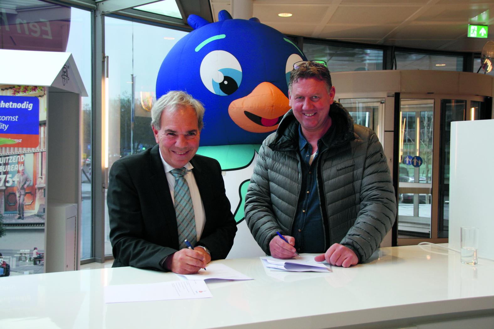 Arwin Versteyne, namens Winters Purmerend (rechts) en Directeur van Rabobank Waterland en Omstreken, Henny Maes, zetten de handtekening onder het sponsorcontract. (Foto: aangeleverd)